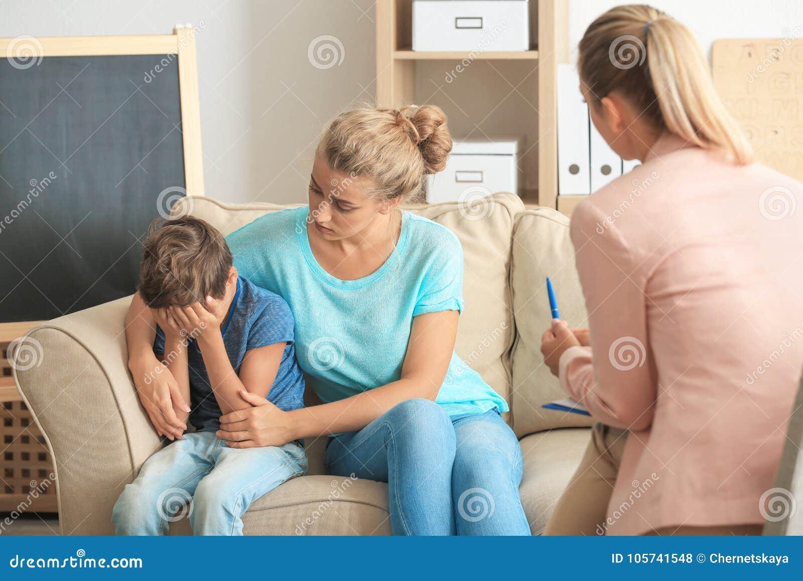 Ungt barnpsykolog som i regeringsställning arbetar med familjen