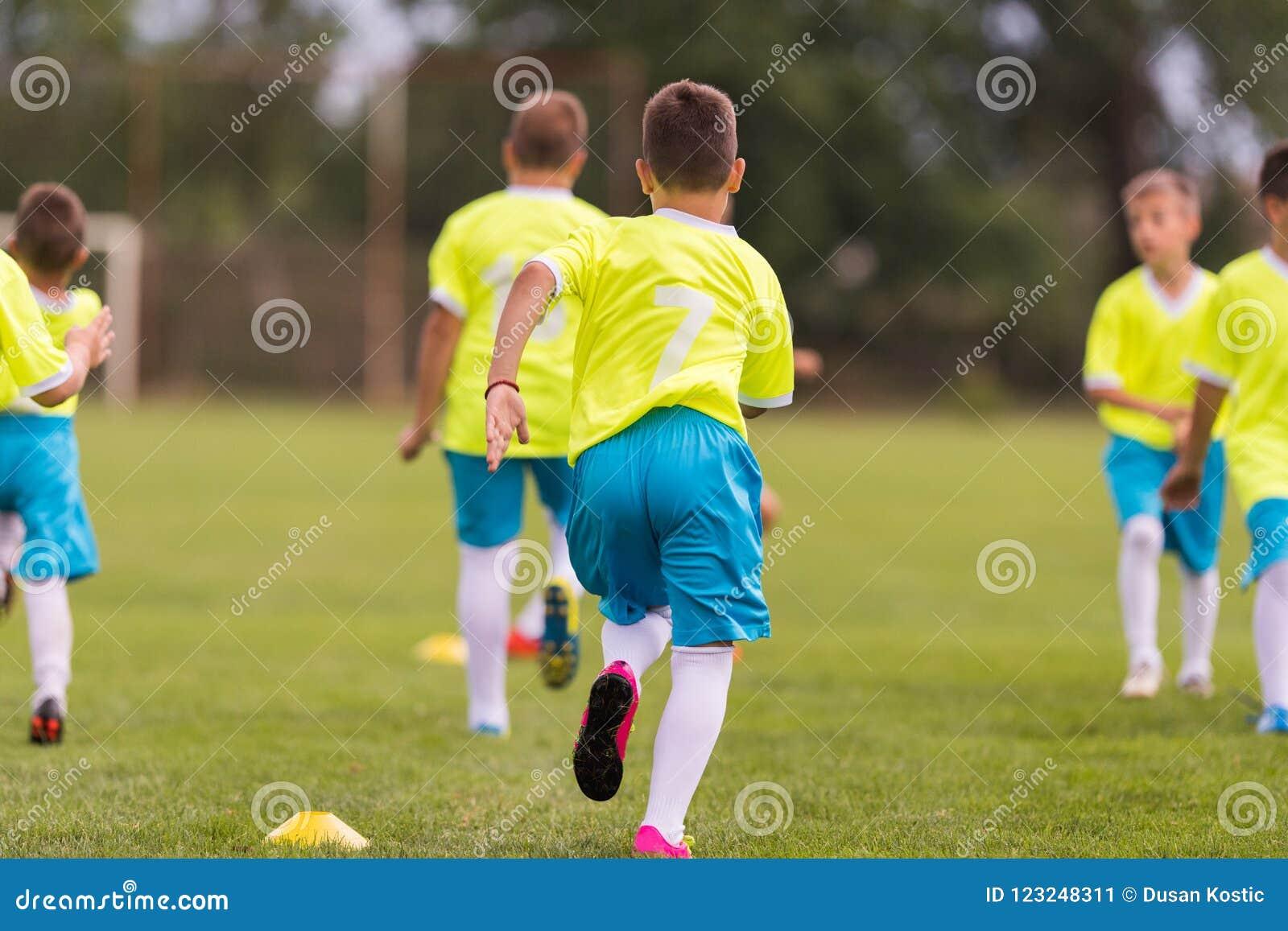 Ungt barnspelarefotbollsmatch på fotbollfält