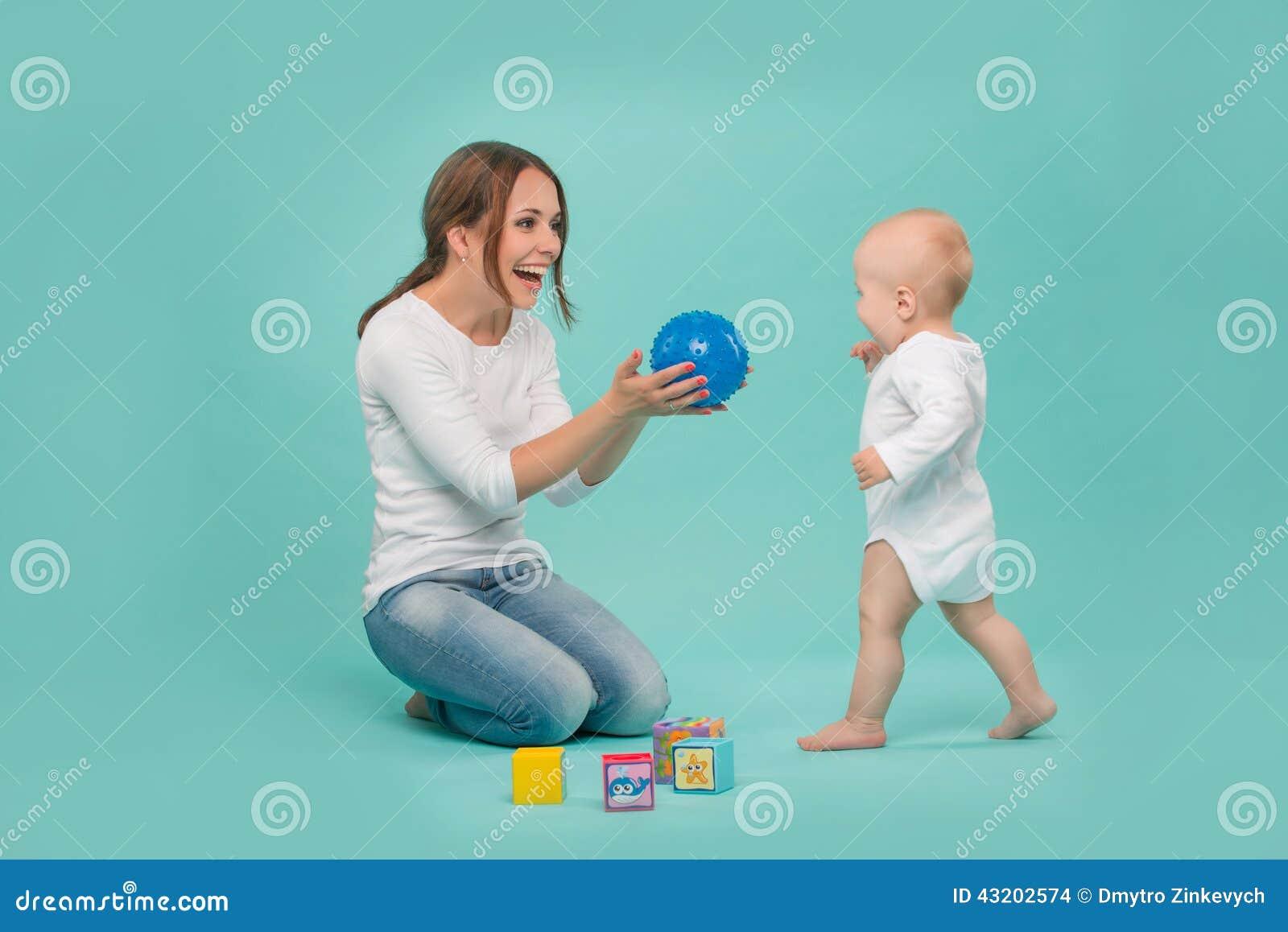 Download Ungt Caucasian Attraktivt Le Spela För Moder Arkivfoto - Bild av litet, caucasian: 43202574