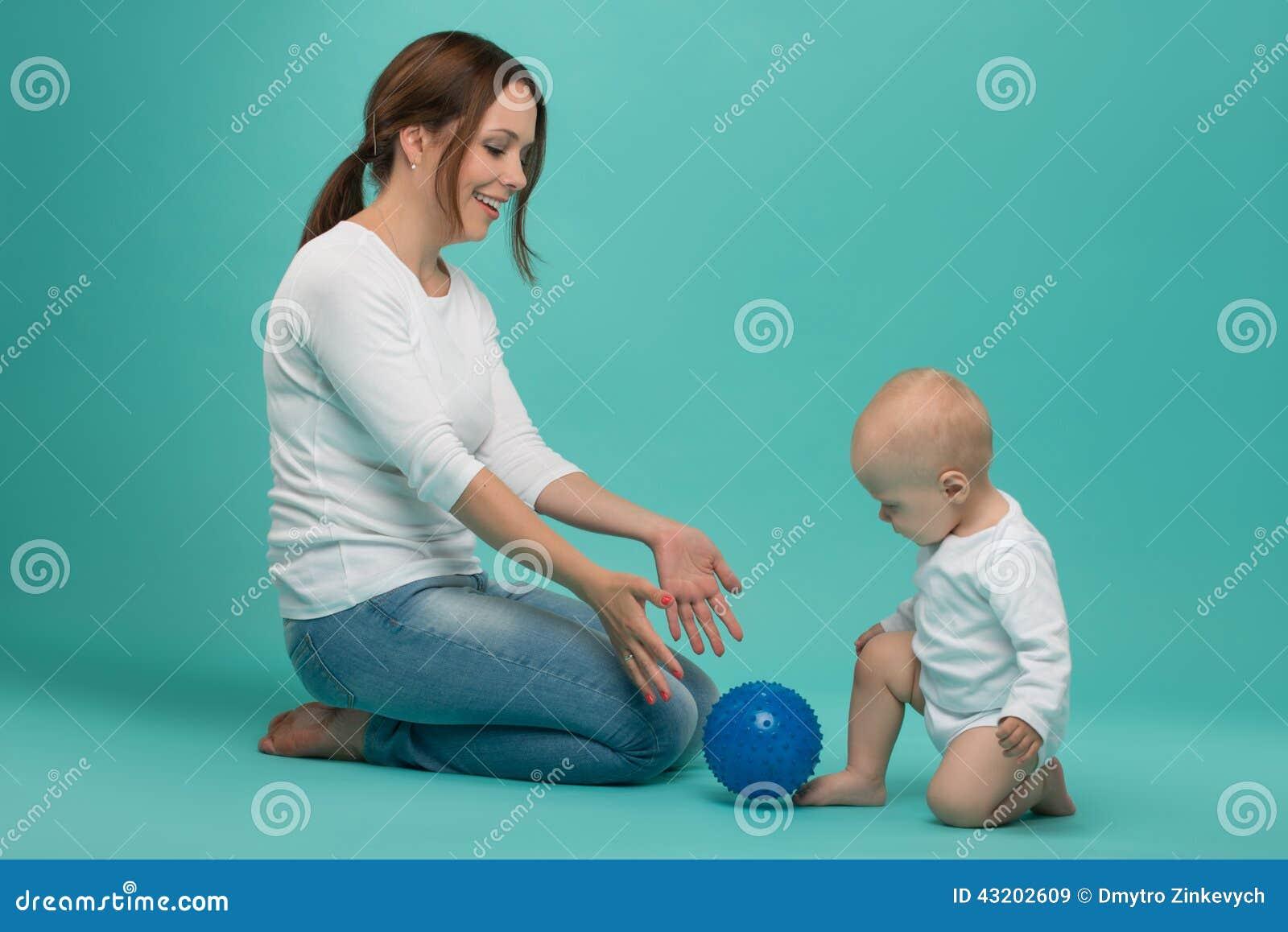 Download Ungt Caucasian Attraktivt Le Spela För Moder Fotografering för Bildbyråer - Bild av skämtsamt, inomhus: 43202609