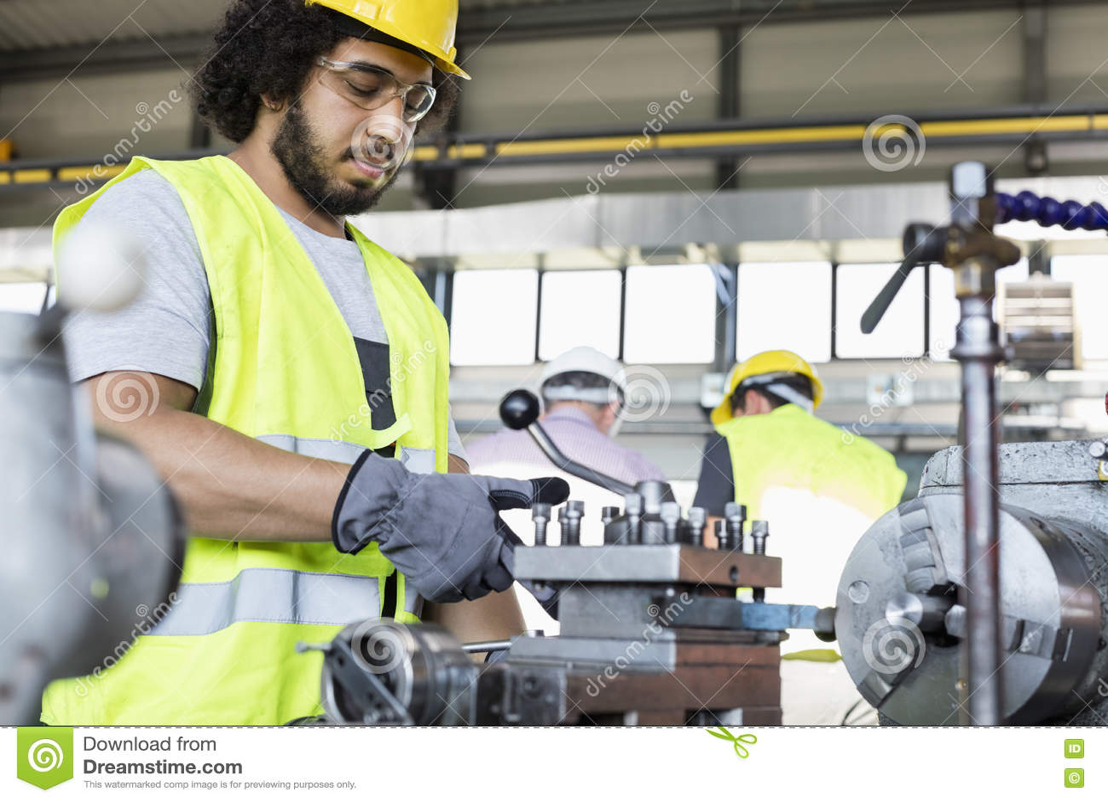 Ungt fungerande maskineri för manuell arbetare i metallbransch