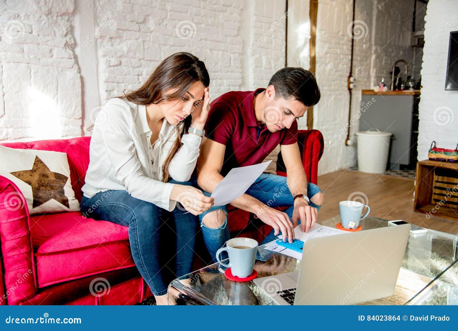 Ungt gift par med finansproblem och affekt
