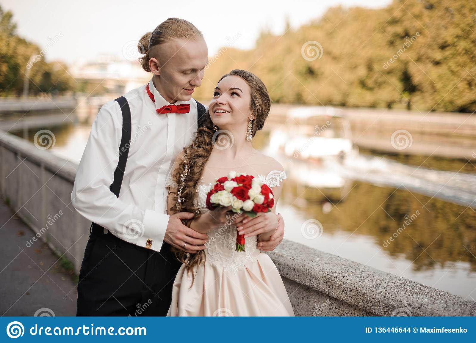 Ungt gift par som promenerar flodbanken