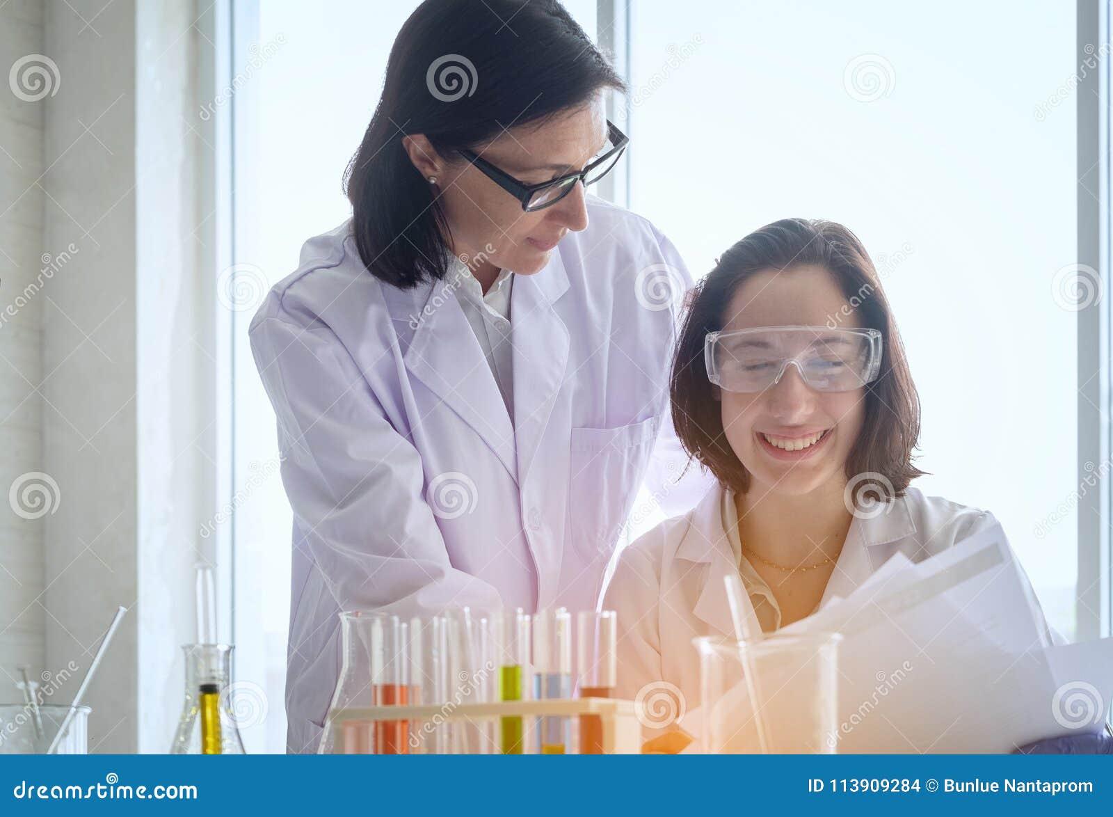 Ungt kvinnligt forskareanseende med techer i danande för labbarbetare