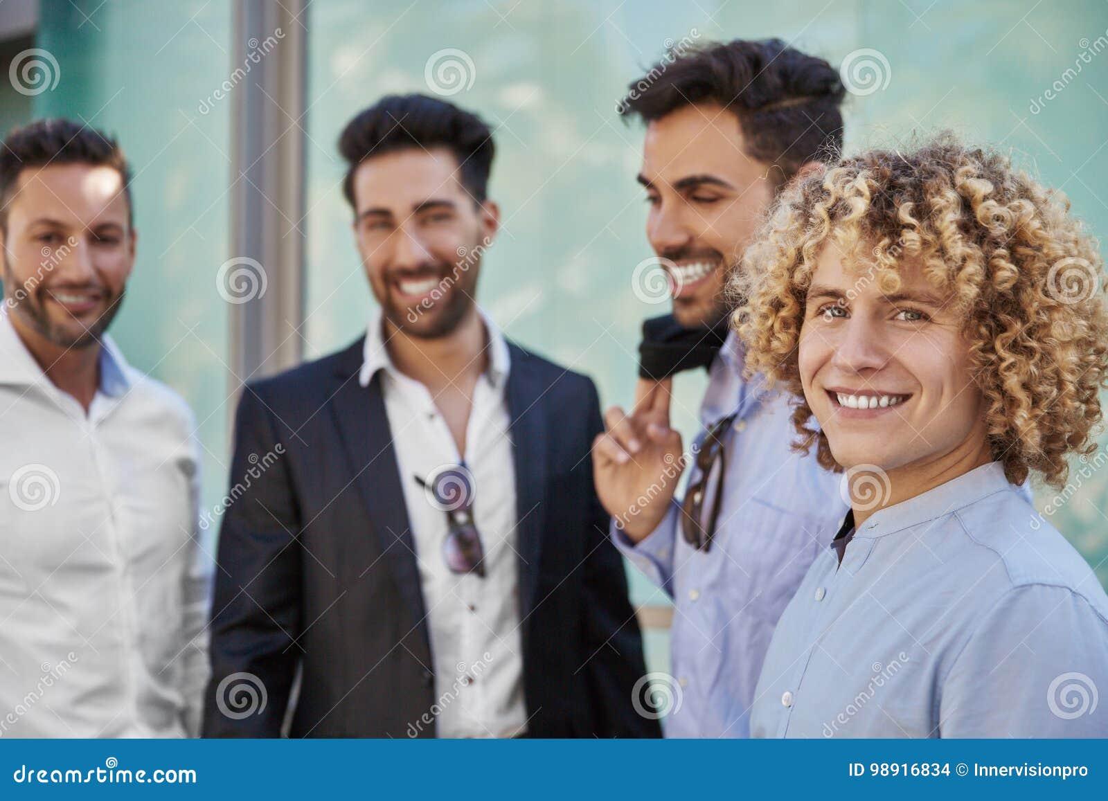 Ungt lyckligt affärsmananseende med att le för coworkers