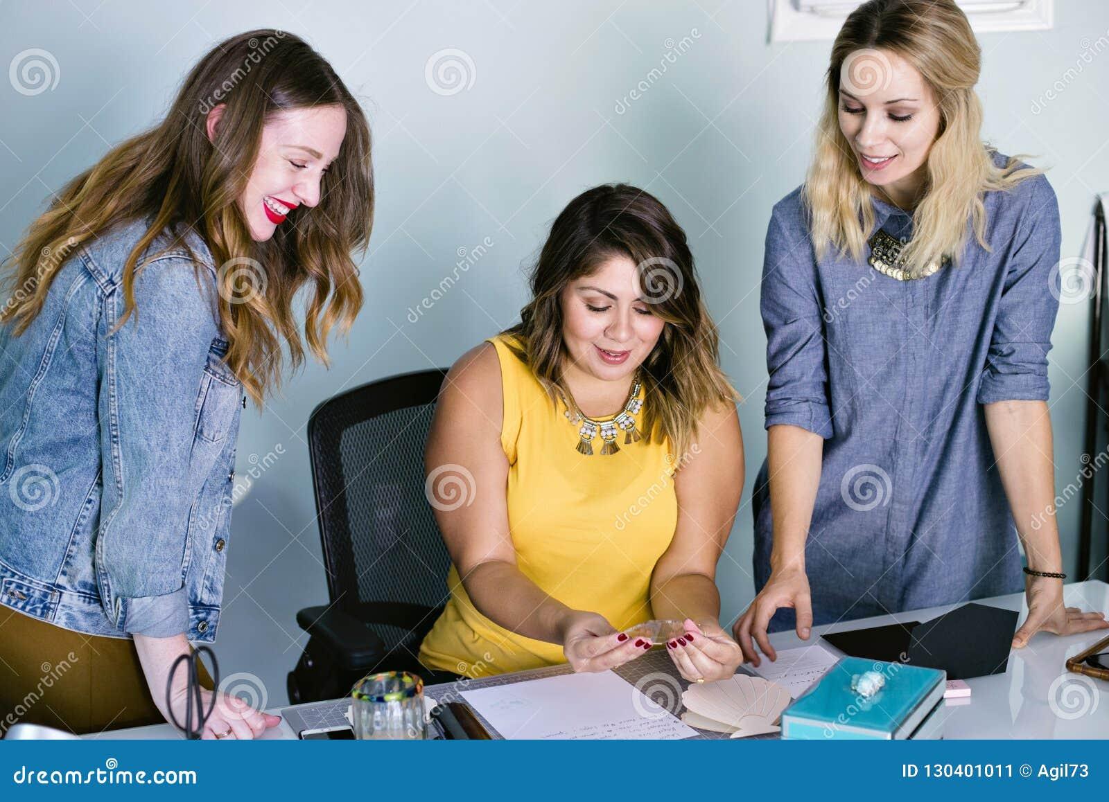 Ungt möte för kvinnligLatina företagsägare med anställda