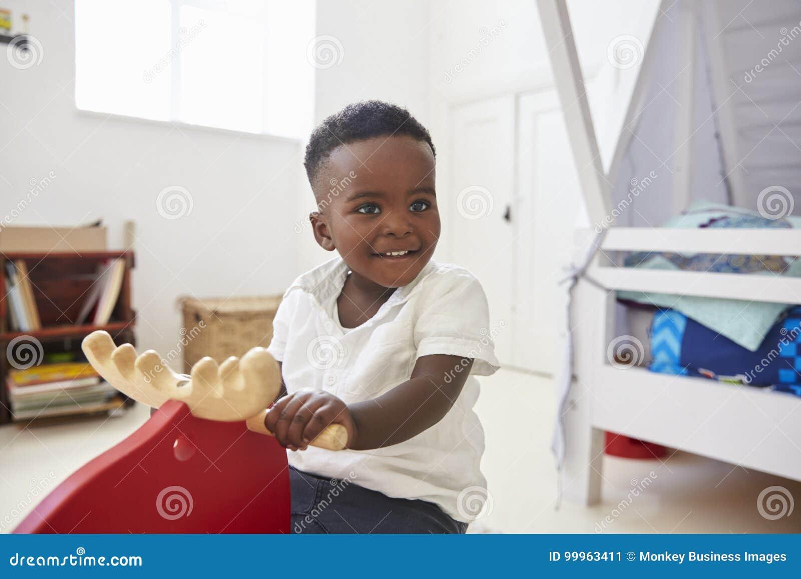 Ungt pojkesammanträde på ritt på Toy In Playroom