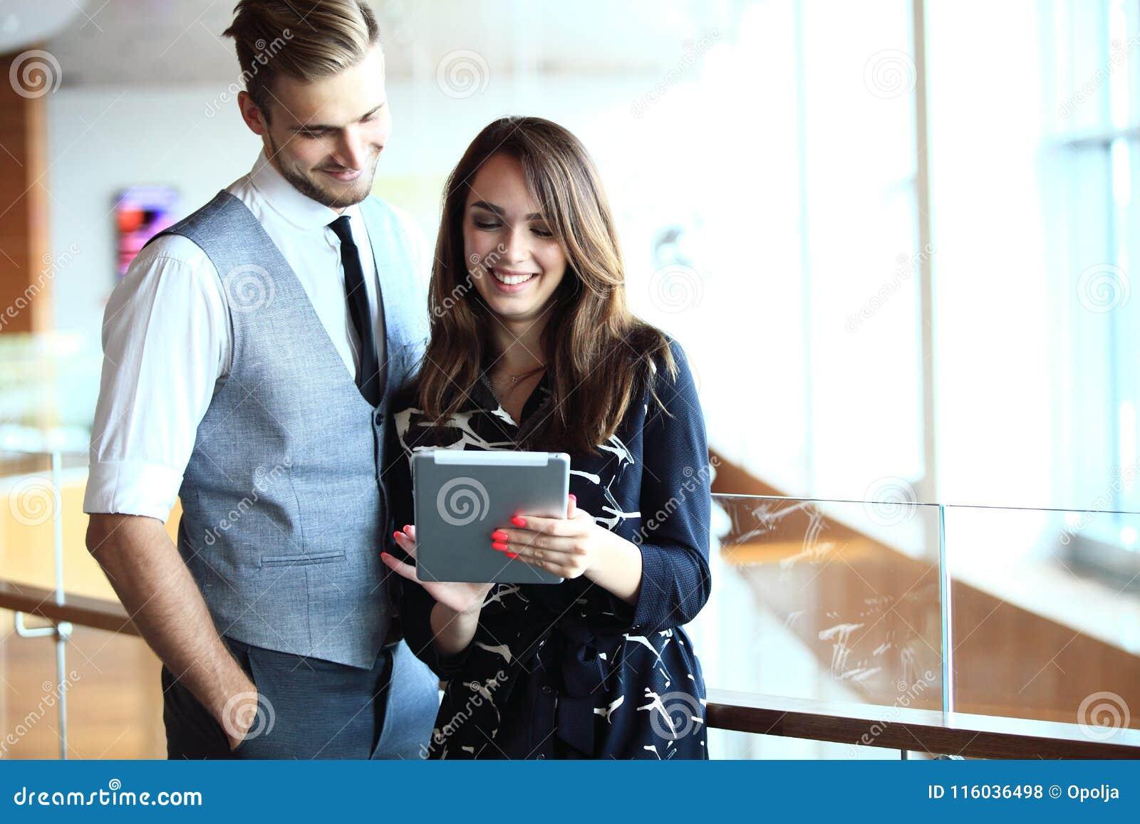 Ungt professionellarbete i modernt kontor Affärsbesättning som arbetar med start