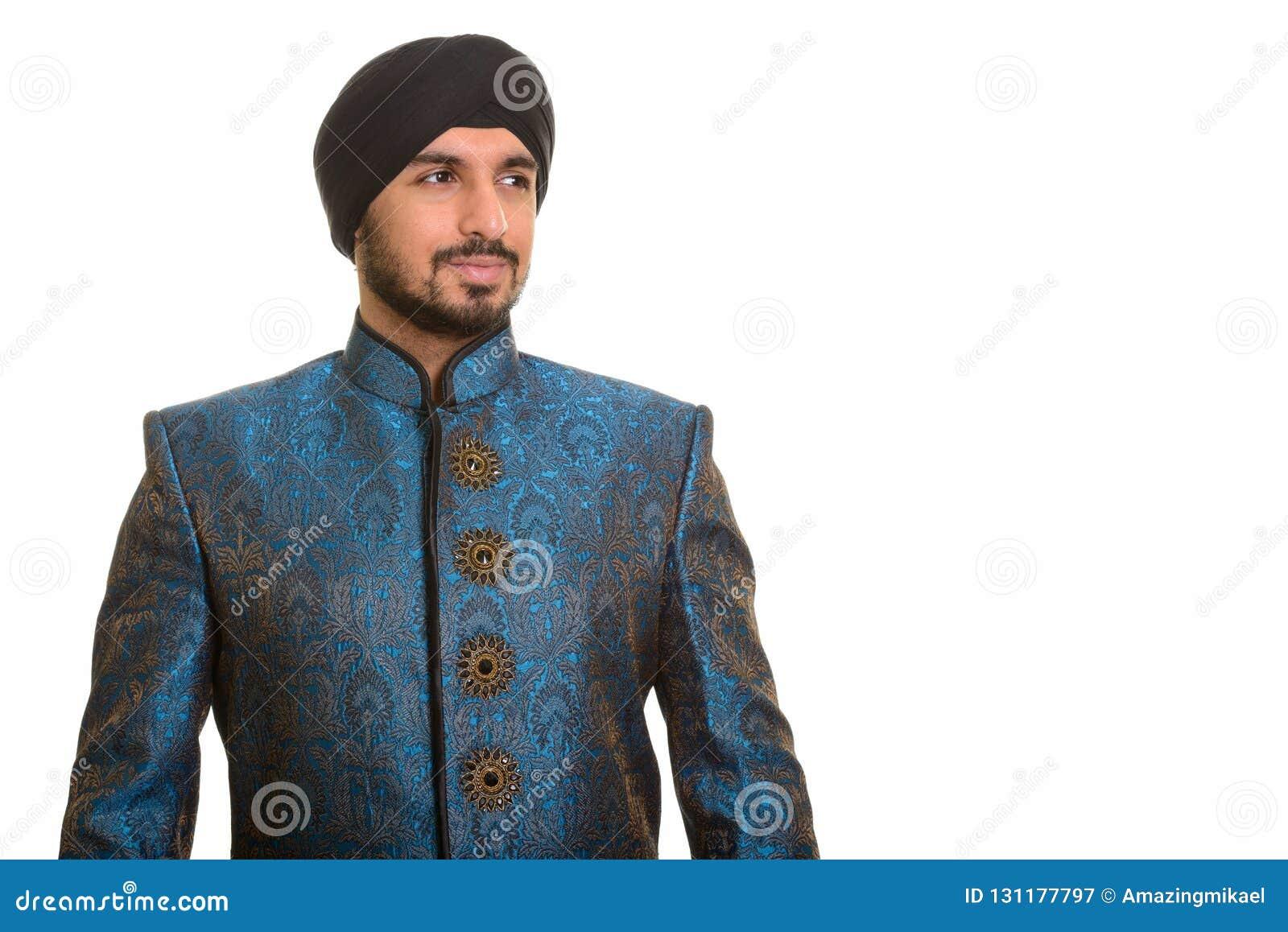 Ungt stiligt indiskt sikh- tänka, medan bära traditionell cl