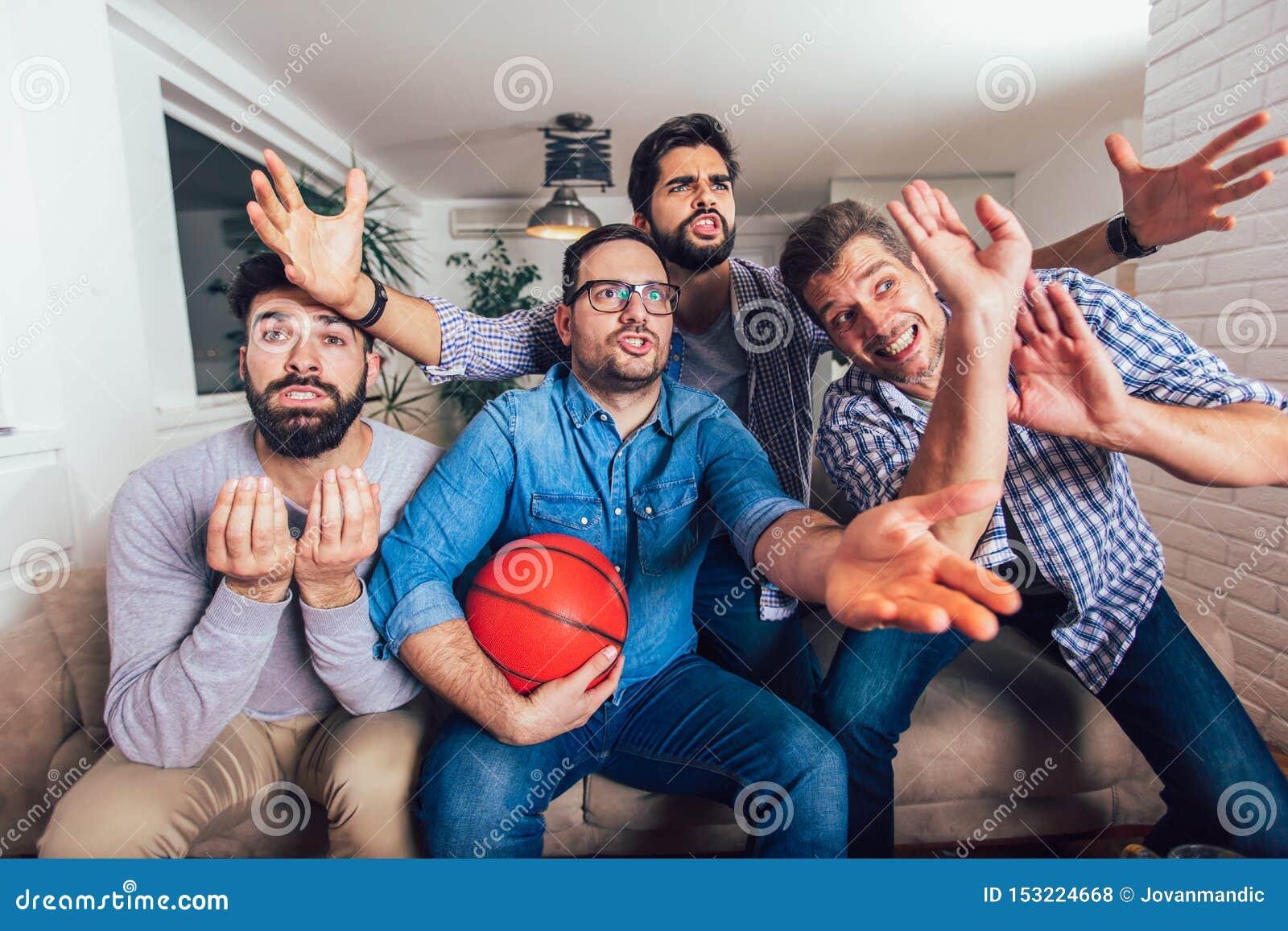Unholde oder Basketballfans, die Basketballspiel im Fernsehen aufpassen und zu Hause Sieg feiern Freundschaft, Sport und