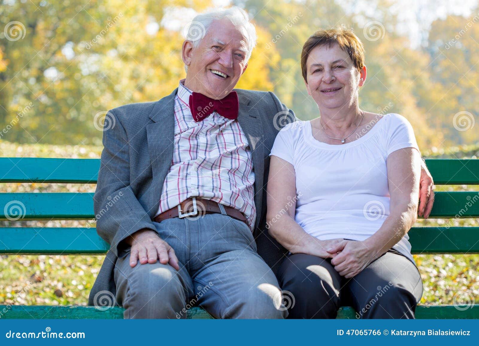 União que senta-se em um banco