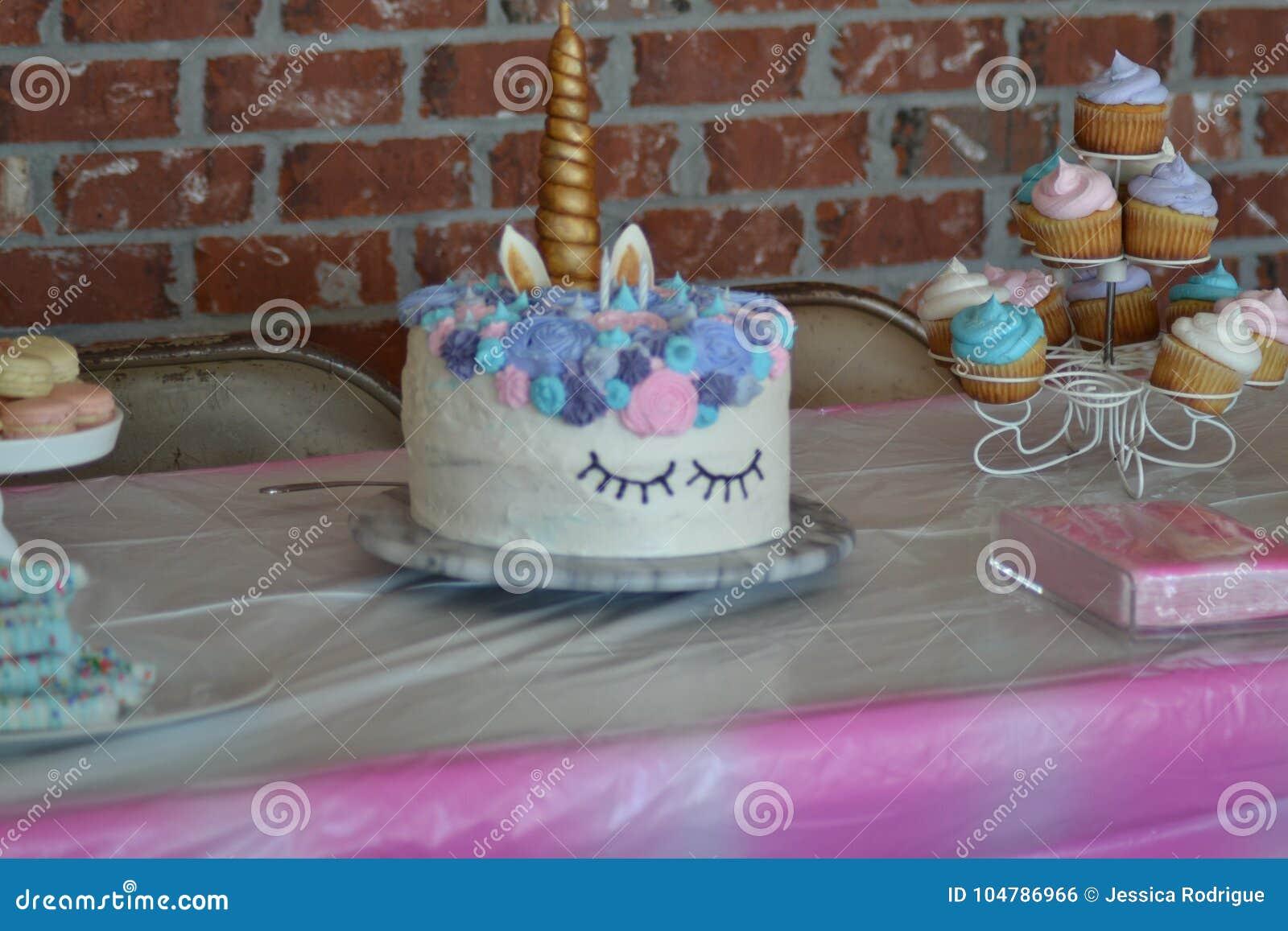 Einhorngeburtstagstabelle Mit Kleinen Kuchen Makronen Brezel Haftet Blau Rosa Purpur Und Goldfarben