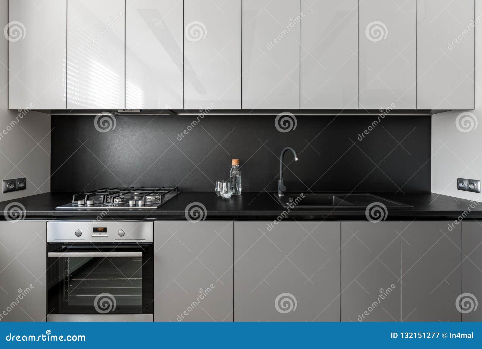 Unidad gris moderna y elegante de la cocina