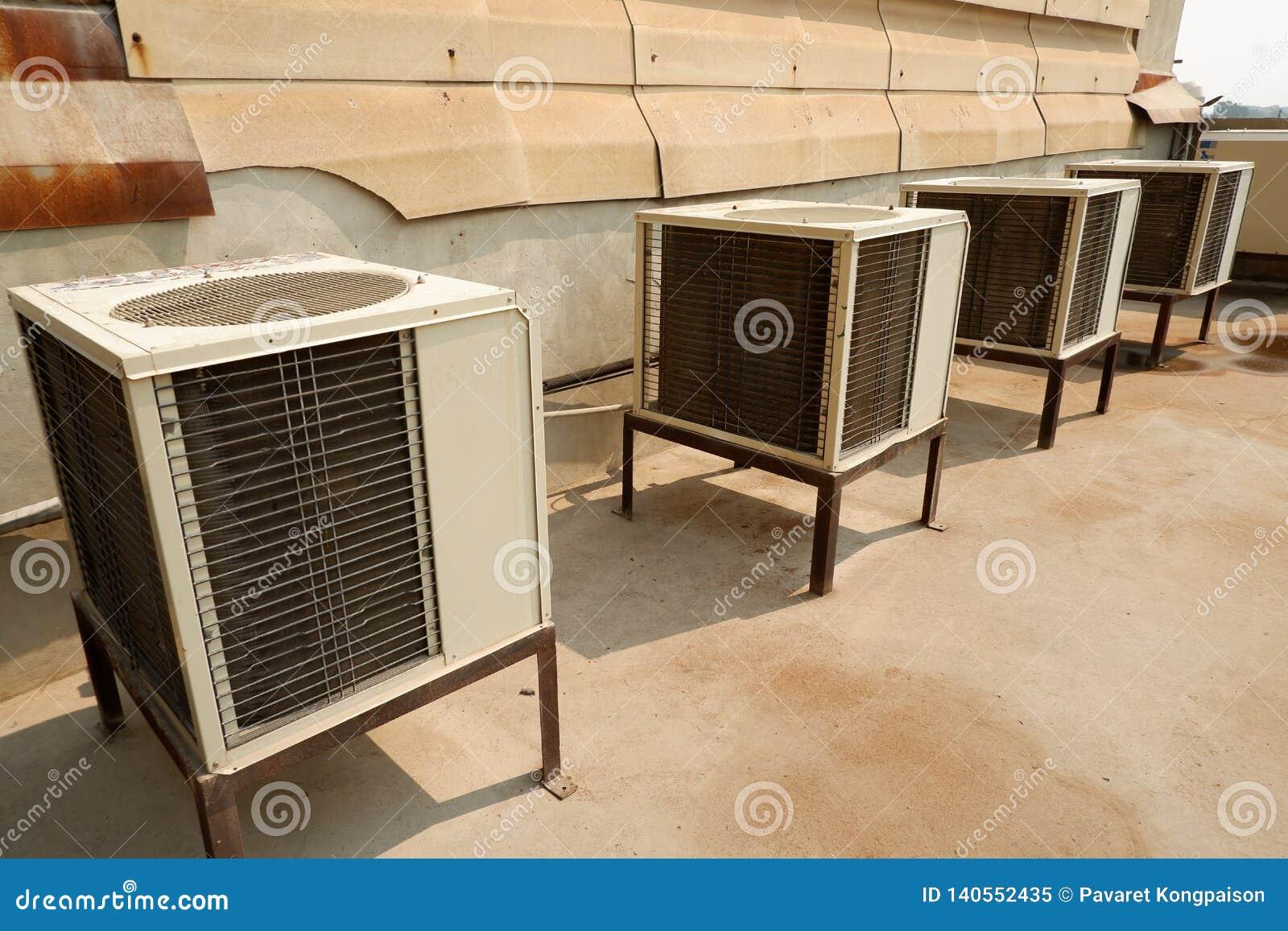 Unidades de aire acondicionado blancas del compresor del aire acondicionado viejas y sucias