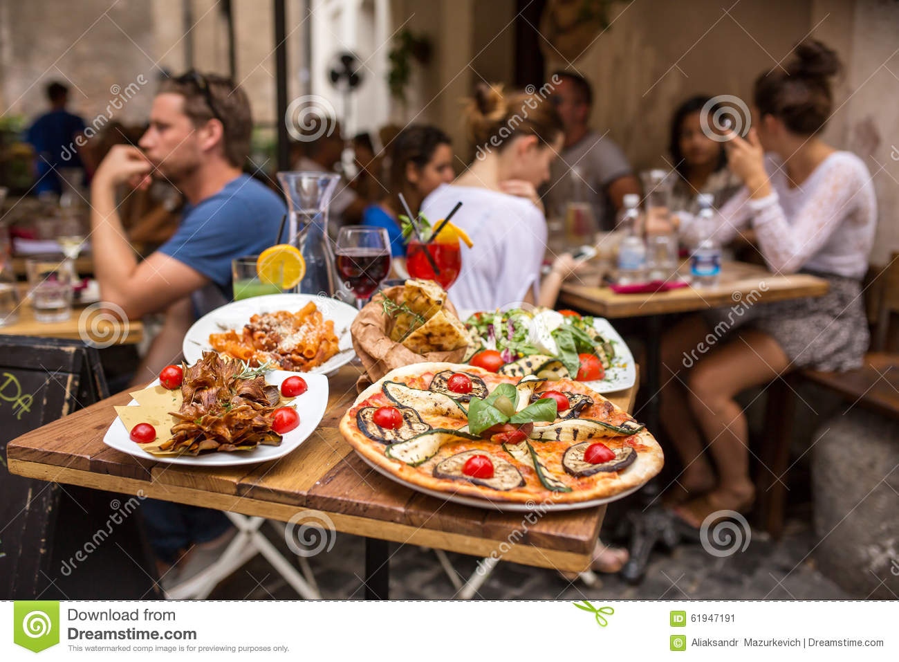 Image gallery italian restaurant people eating for Meal outdoors