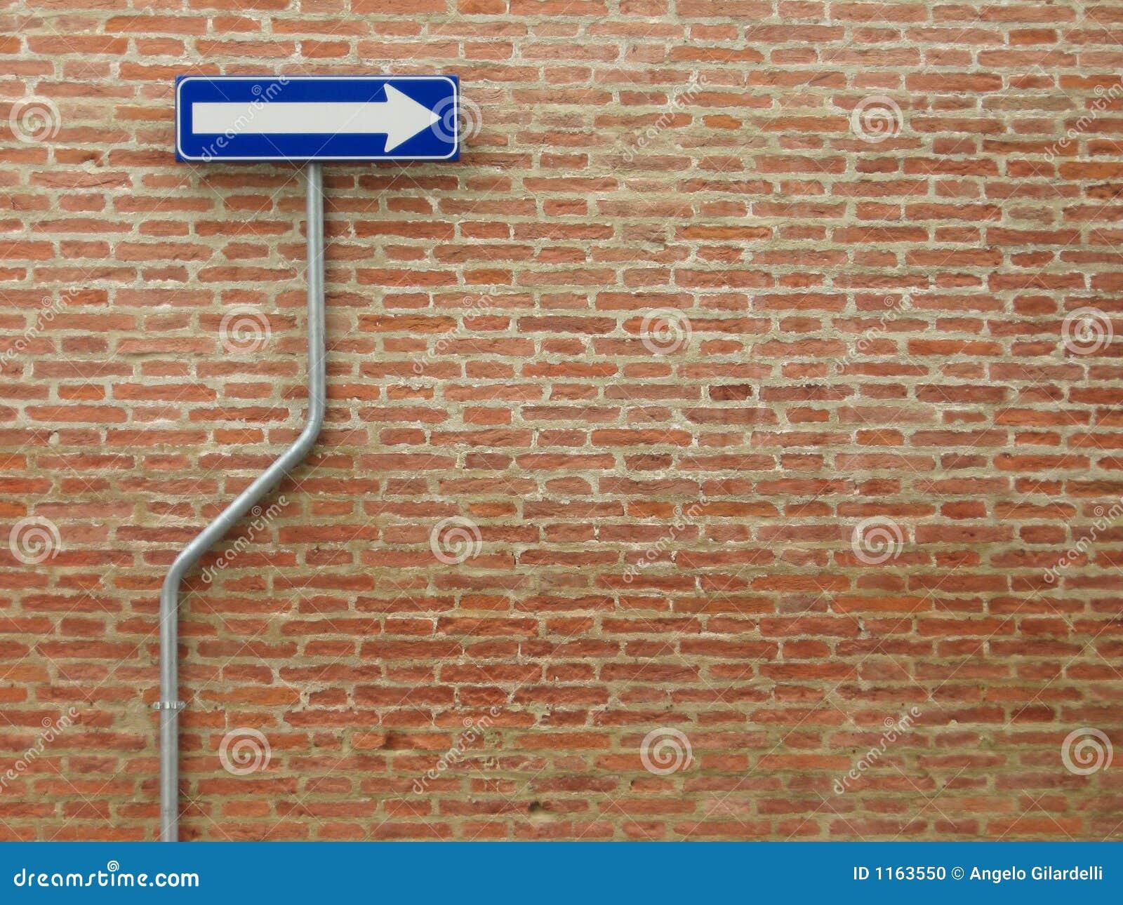 Unidireccional firme encima una pared de ladrillos foto de - Pared de ladrillo ...