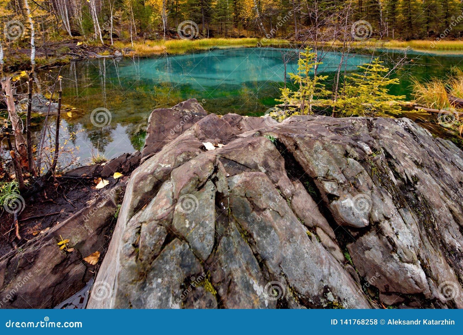 Uniek in aard en het verbazende meer van de schoonheidsgeiser
