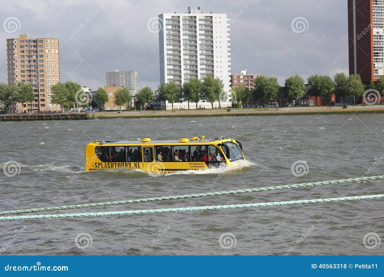Unieke amfibie (Land en Water) Bus op Rivier Maa