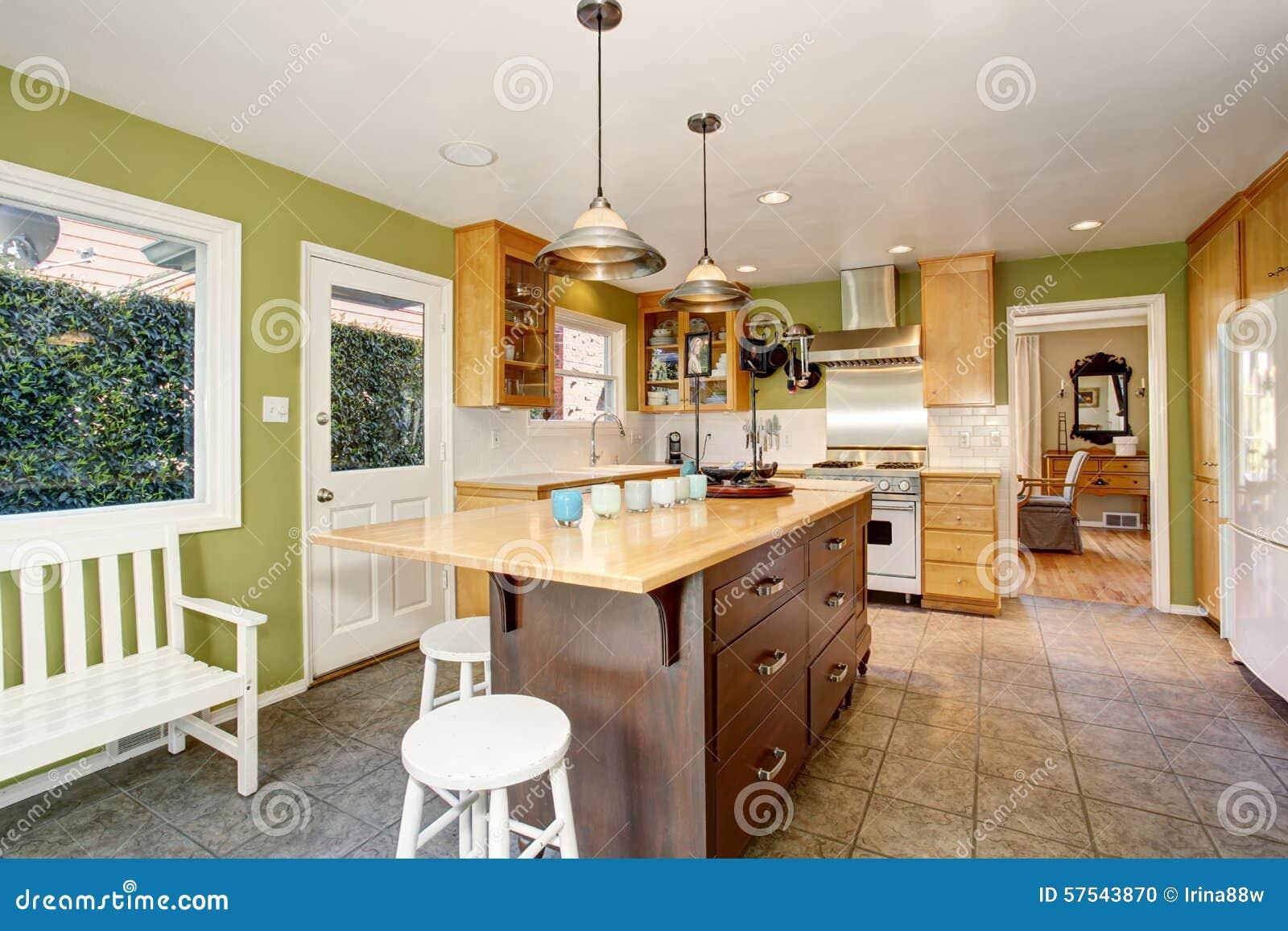 Unieke keuken met groene muren, en eiland stock foto   afbeelding ...