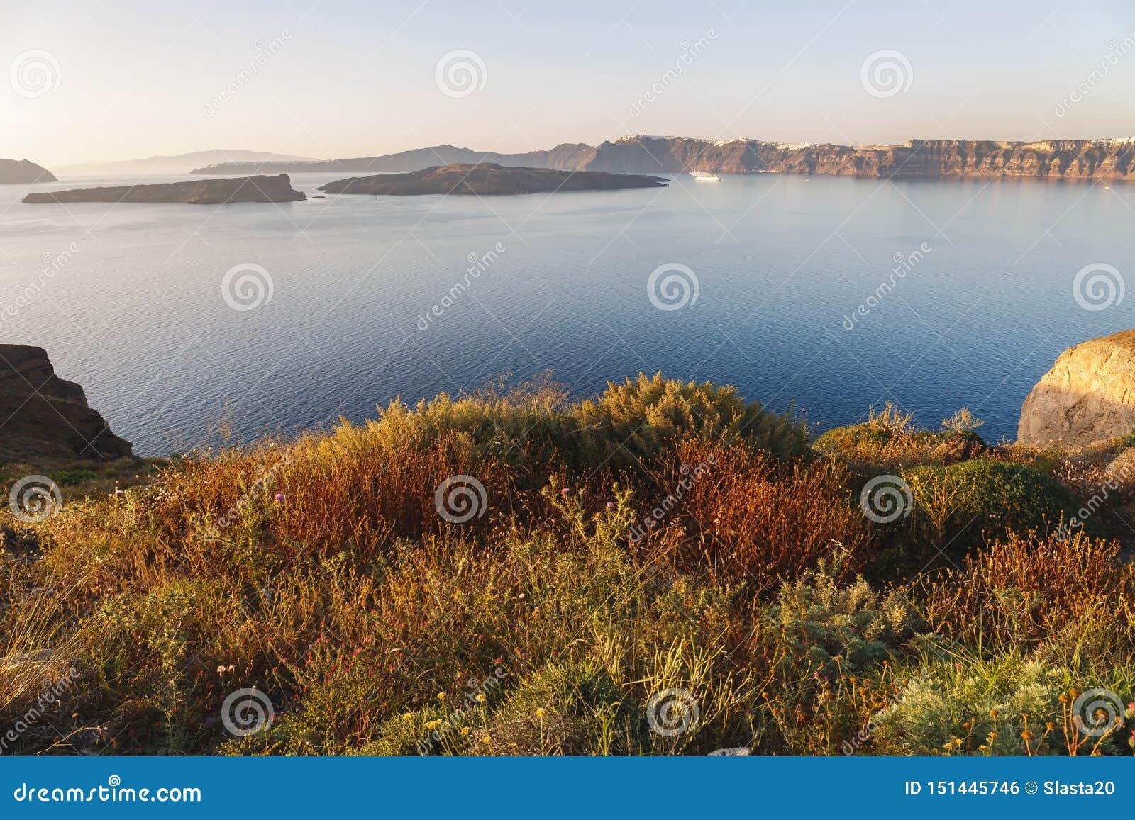 Unieke overzeese mening aan vulkaaneiland Nea Kameni, Caldera, Fira en Imerovigli, vóór zonsondergang, Santorini, G
