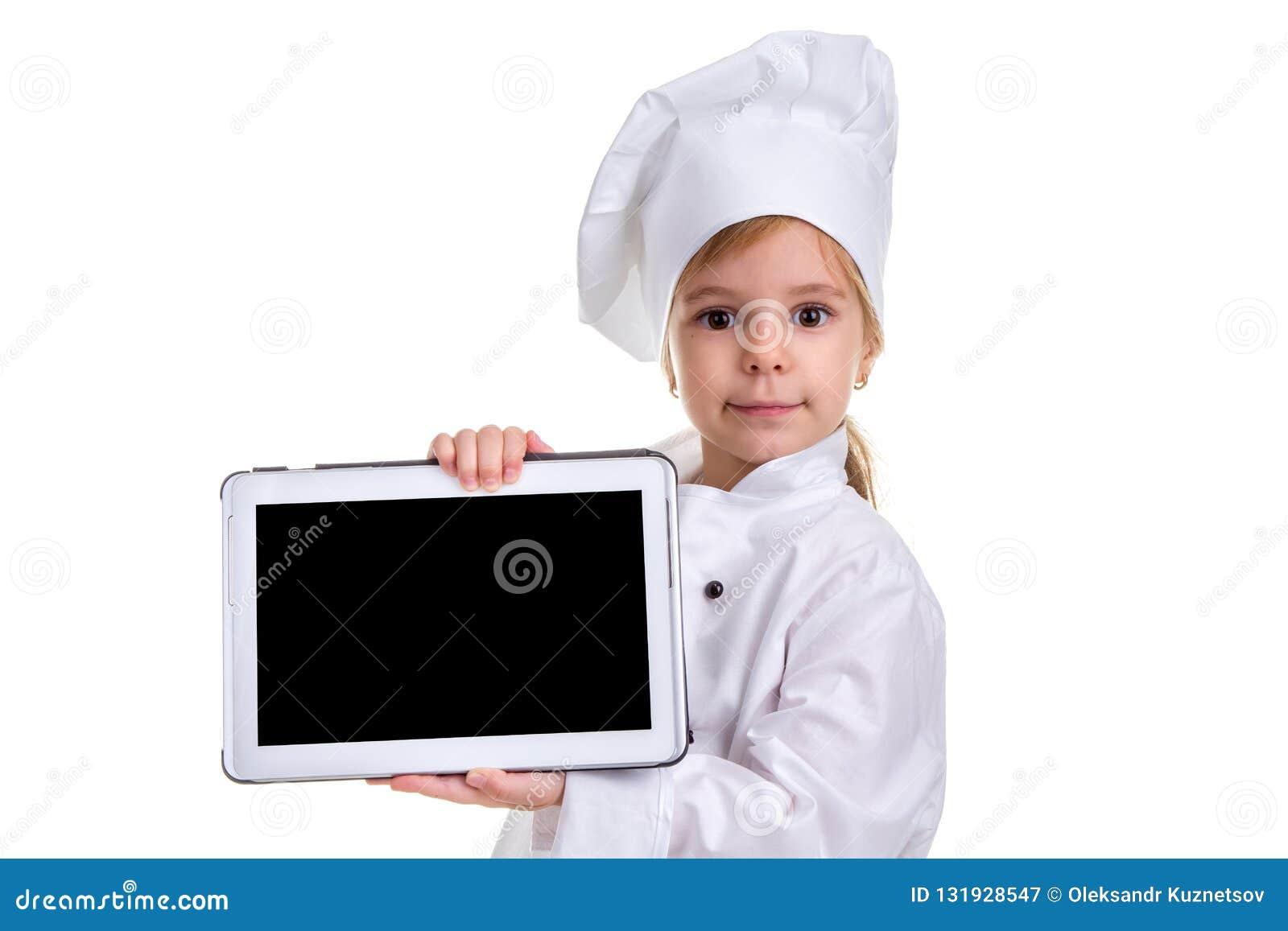 Uniforme branco do cozinheiro chefe da menina isolado no fundo branco Mostrando a tela preta vazia do ipad, olhando a câmera
