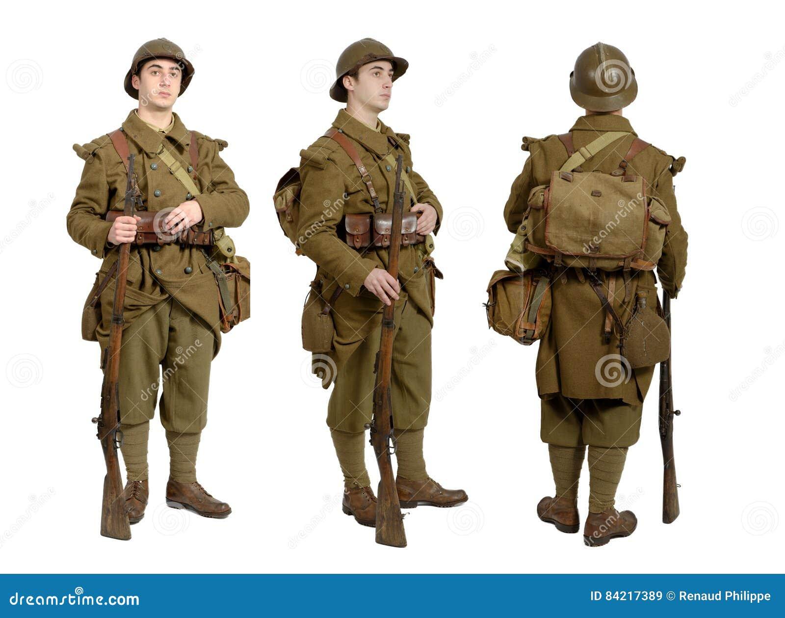 Une photo de femmes soldats en uniforme donnant le sein