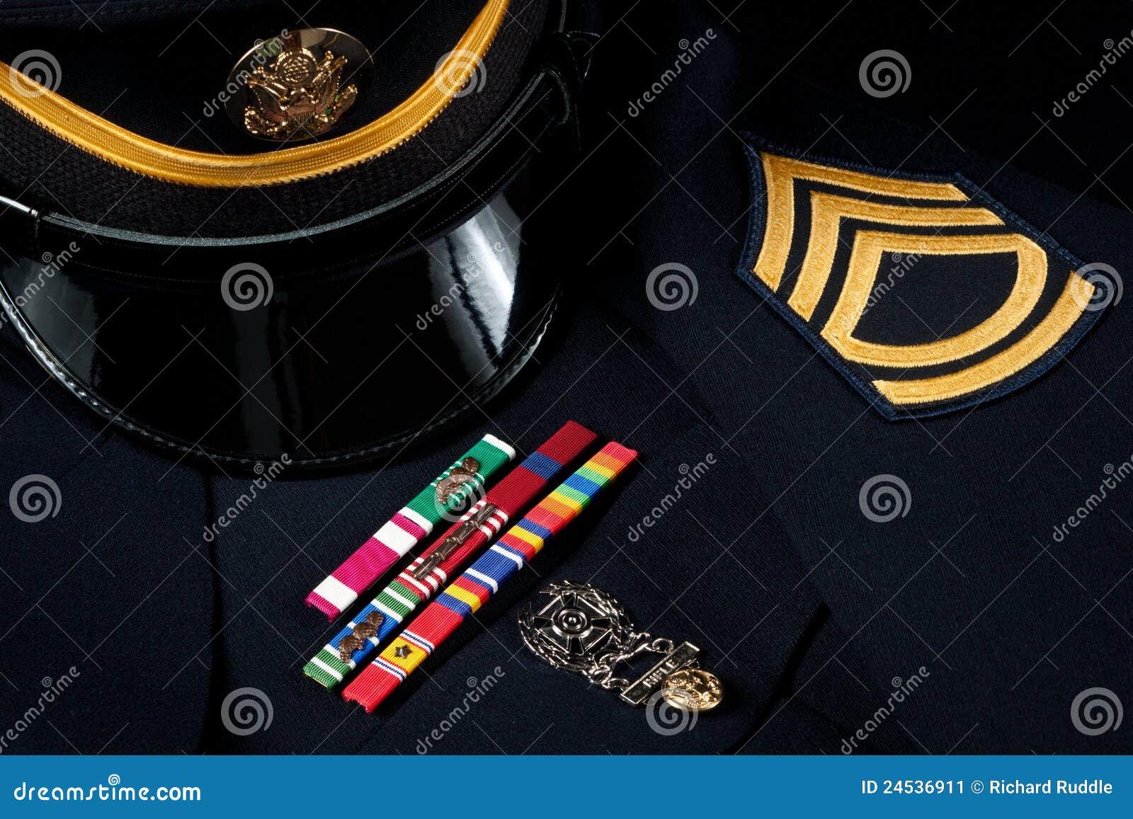 Uniforme militar do chapéu e de vestido com decorações