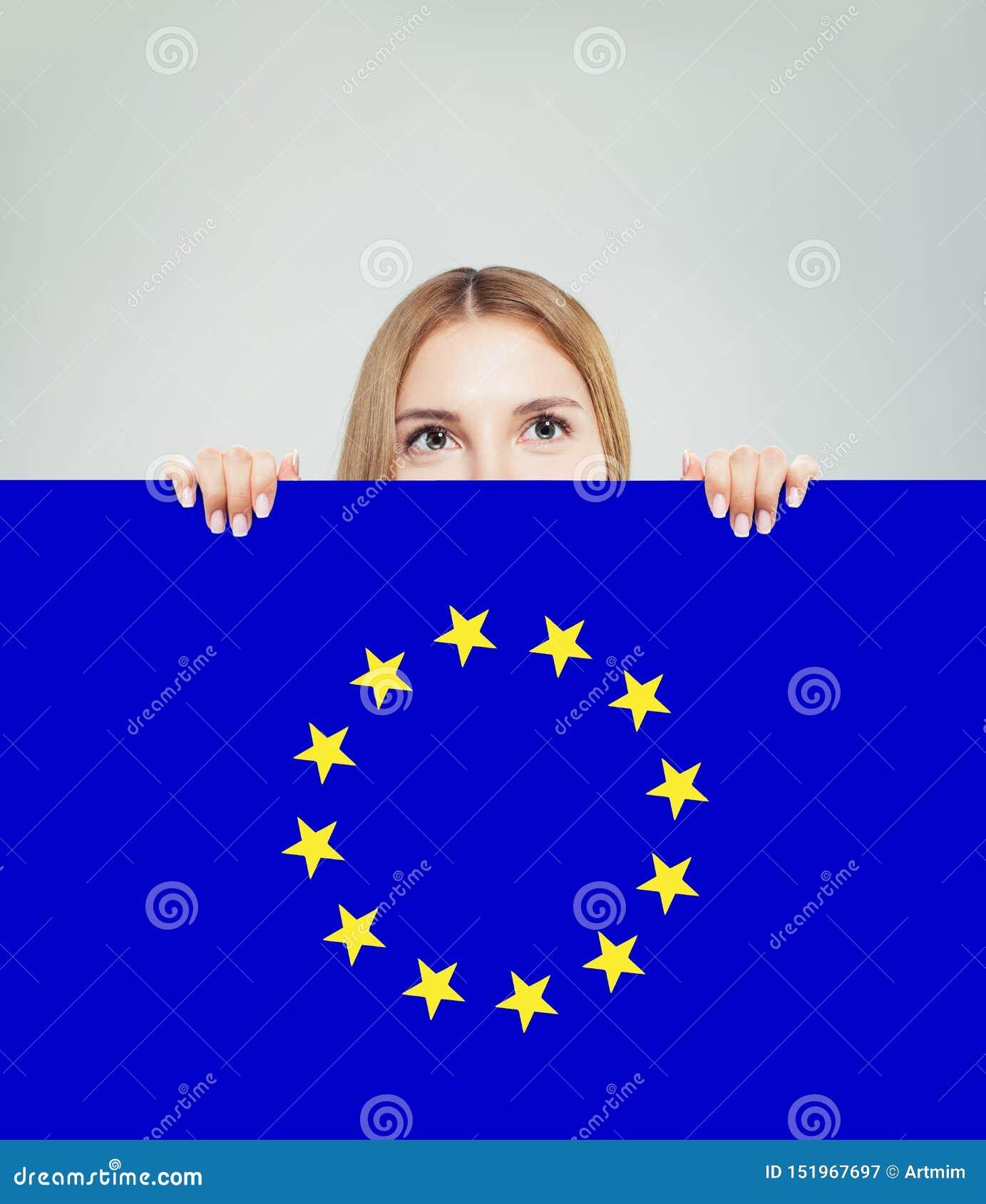 Unii Europejskiej pojęcie z szczęśliwą kobietą pokazuje UE chorągwianego tło Podr?? i nauka w Europa