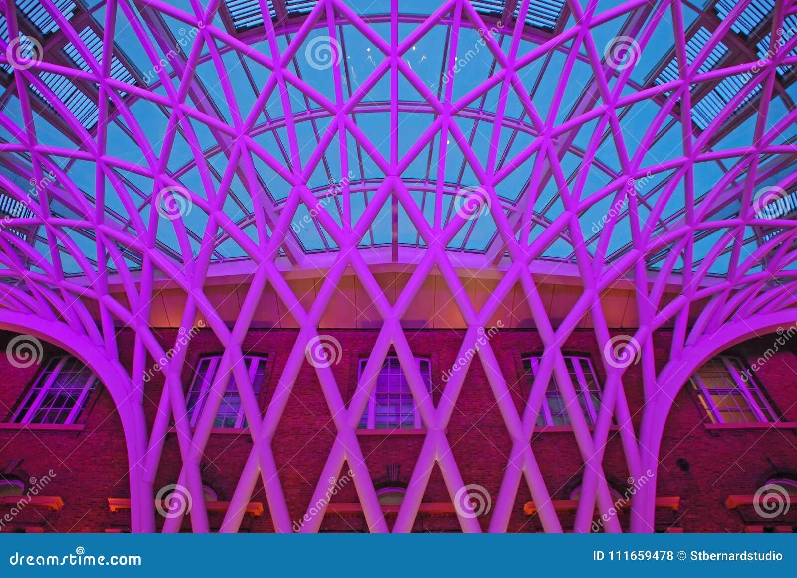 Unikalna struktura przy Concourse Londyńska królewiątko krzyża stacja kolejowa przeciw ceglanemu brown budynkowi