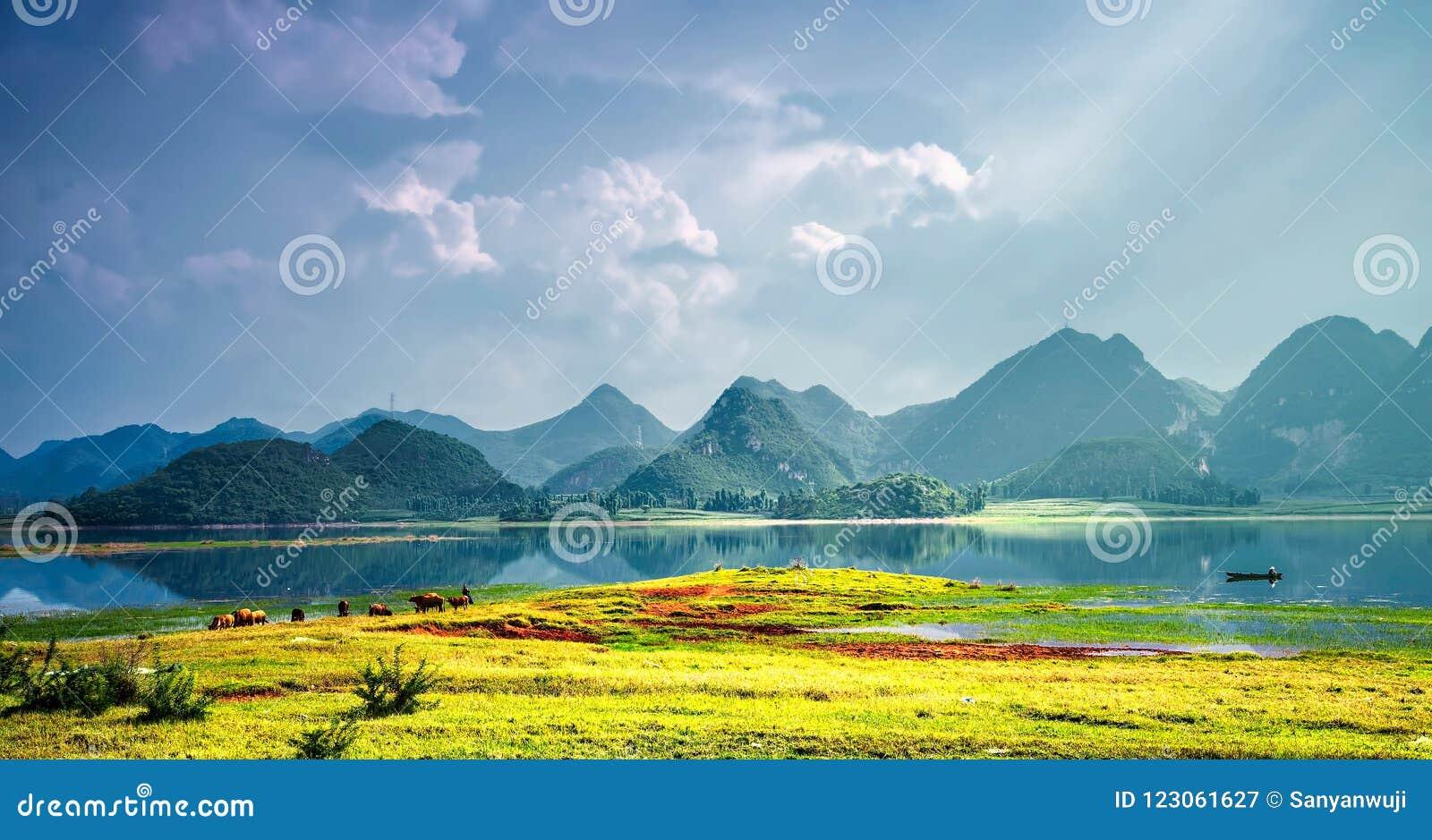 Unikalny krasu terenoznawstwo w Porcelanowym ` s Yunnan puzhehei
