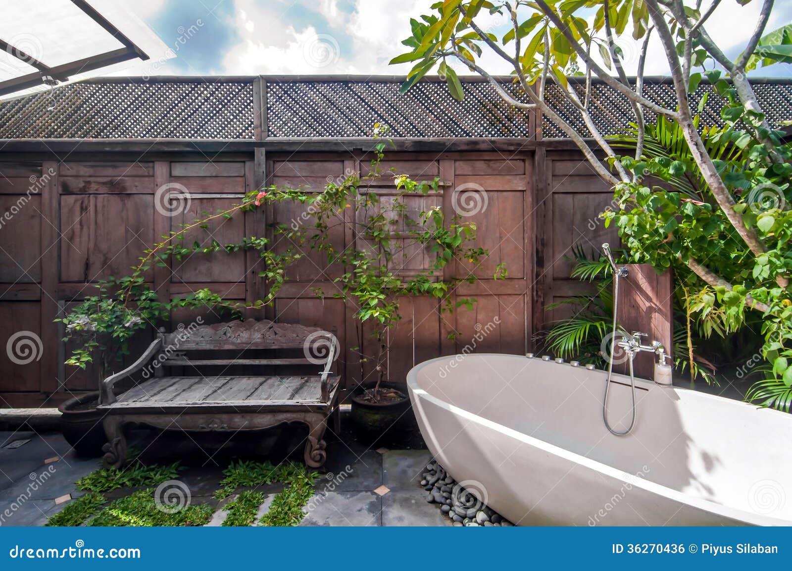 Unikt och klassiskt utomhus  badrum royaltyfri bild   bild: 36270436