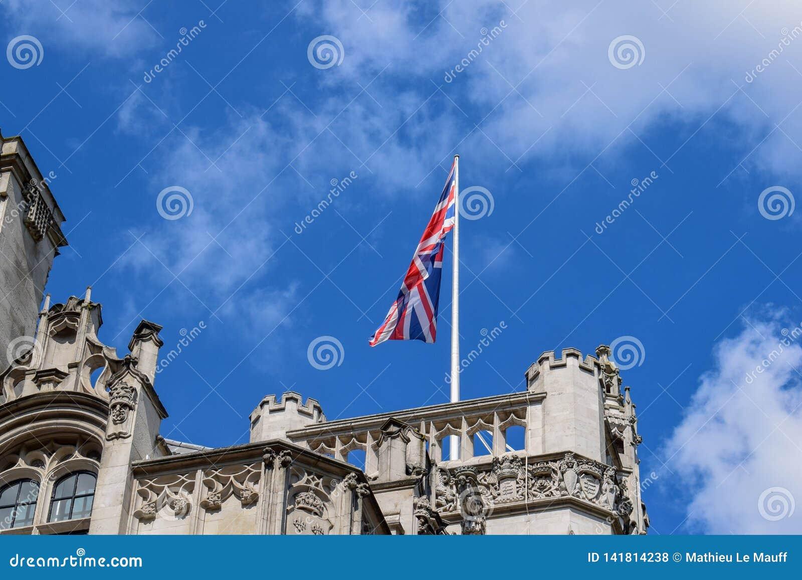 Union Jack ( Verband Jack) Wellenartig bewegen in den Wind auf einer Dachspitze in London