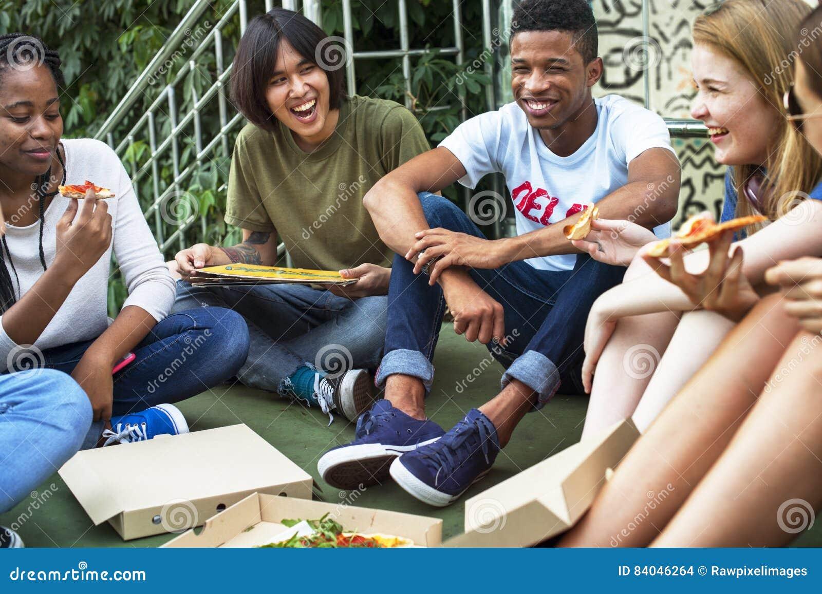 Unité d amitié de personnes mangeant la culture Concep de la jeunesse de pizza