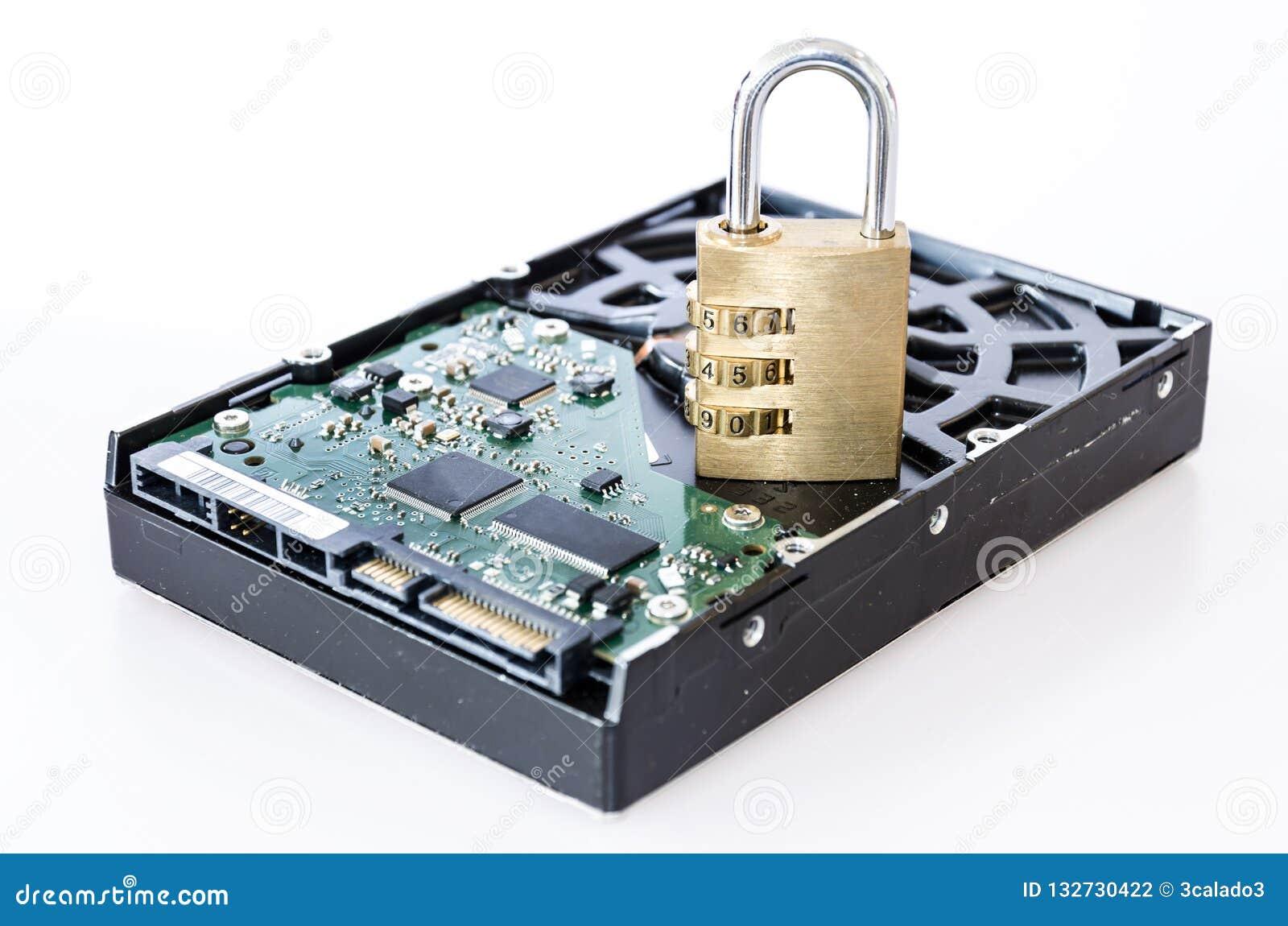 Unité de disque dur avec le cadenas devant le fond blanc