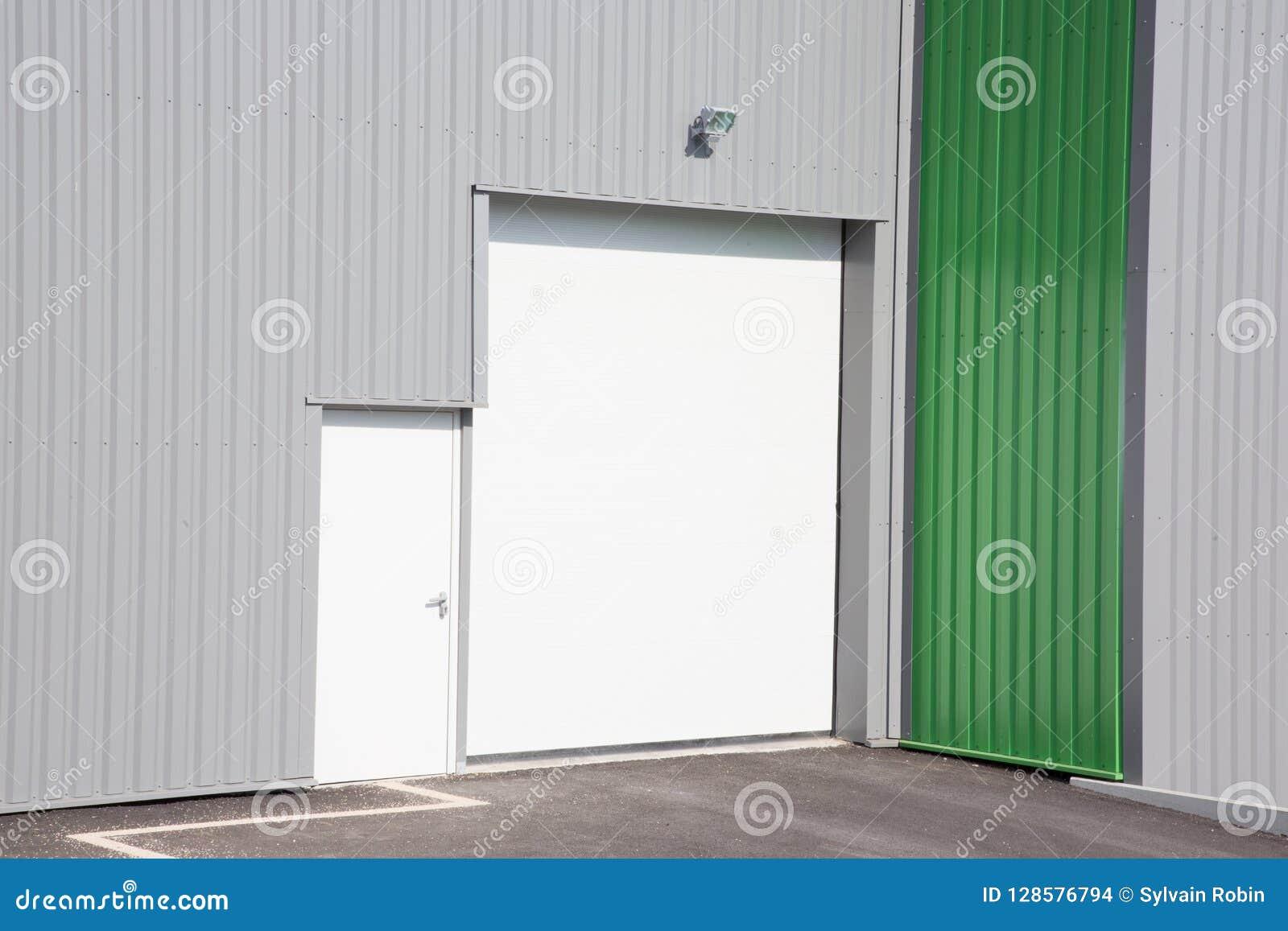 Unité industrielle moderne grise avec des portes de rouleau