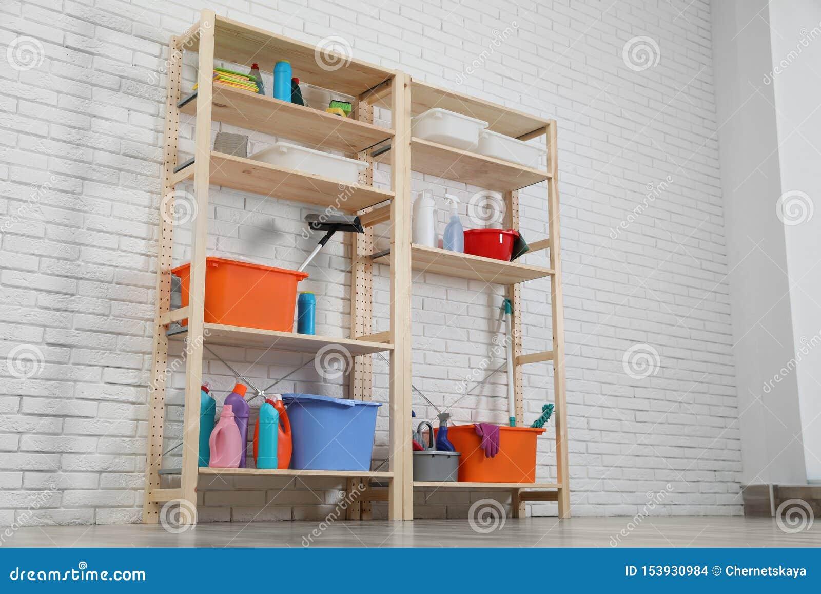Etagere Sur Mur En Brique unités de étagère en bois avec l'équipement de nettoyage