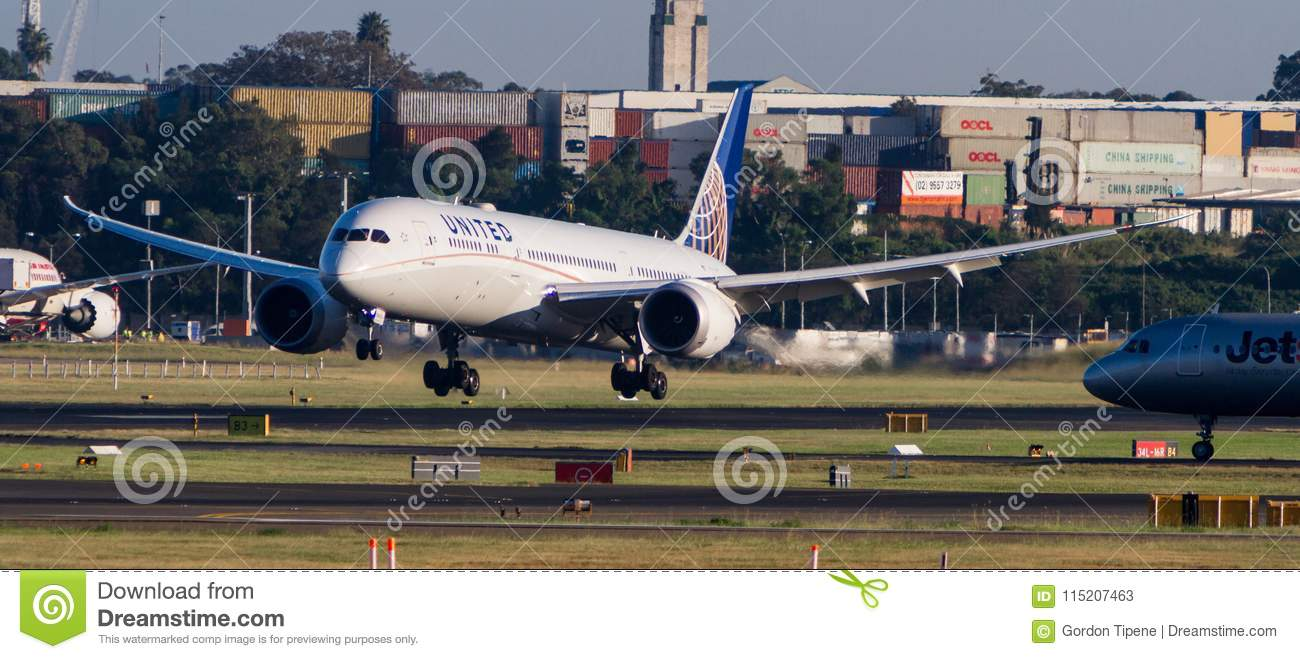 United Airlines Boeing 787 Dreamliner Aircraft Landing On