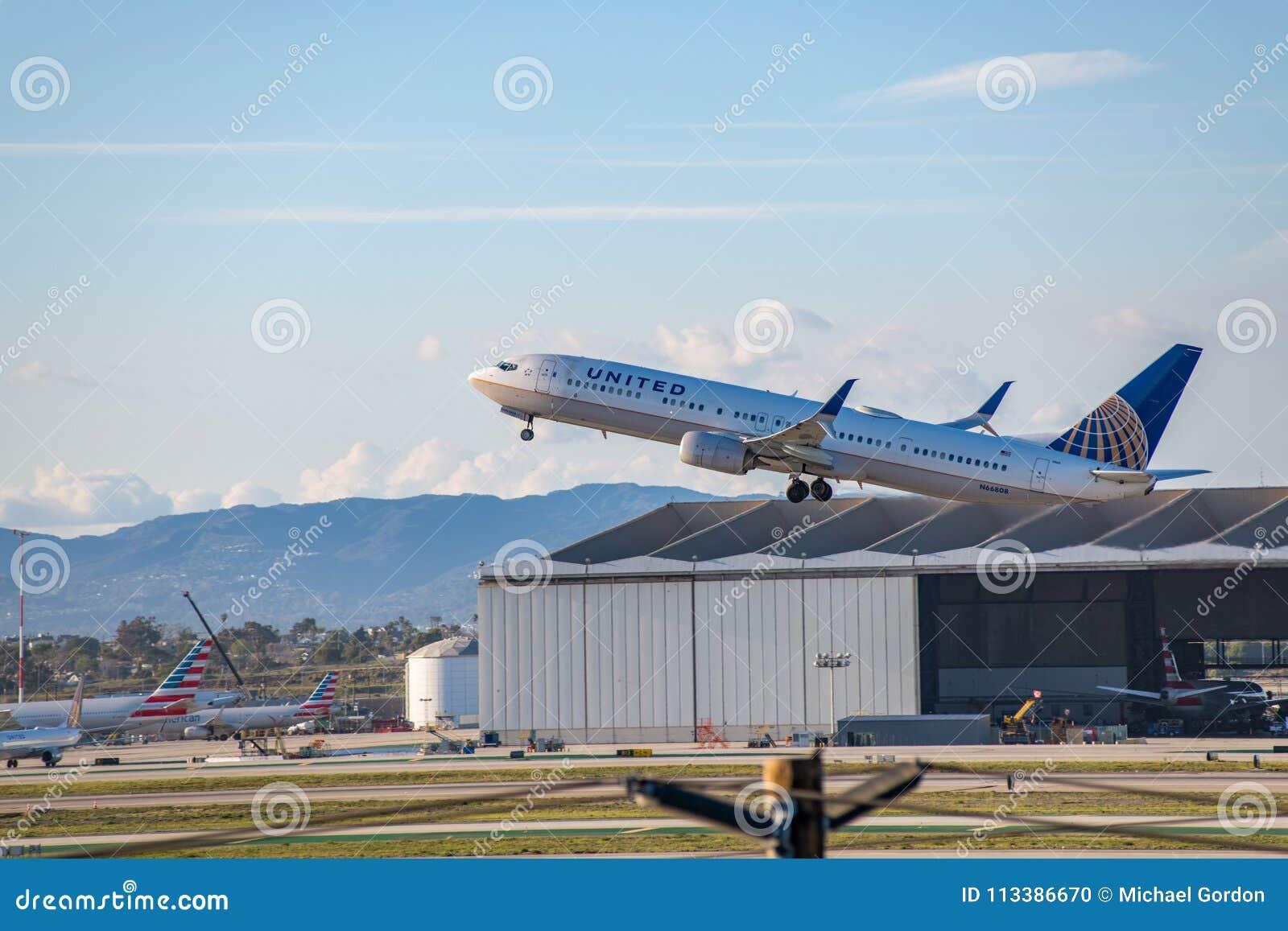 United Airlines Jet Takes Off på den SLAPPA Los Angeles internationella flygplatsen