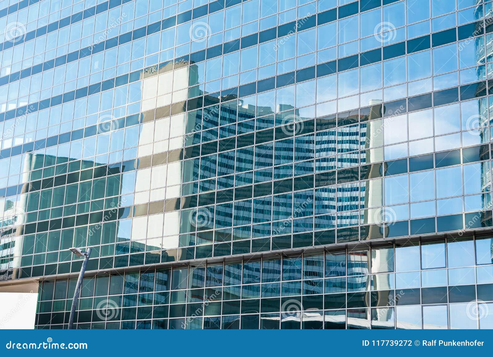 Uniteden Nations som bygger i Wien Österrike i en reflexion