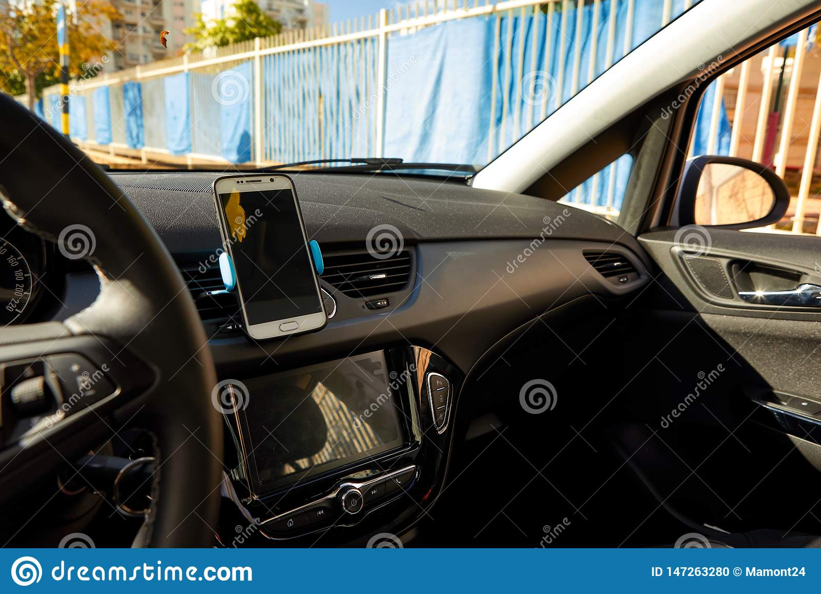 Universal mount holder for smart phones