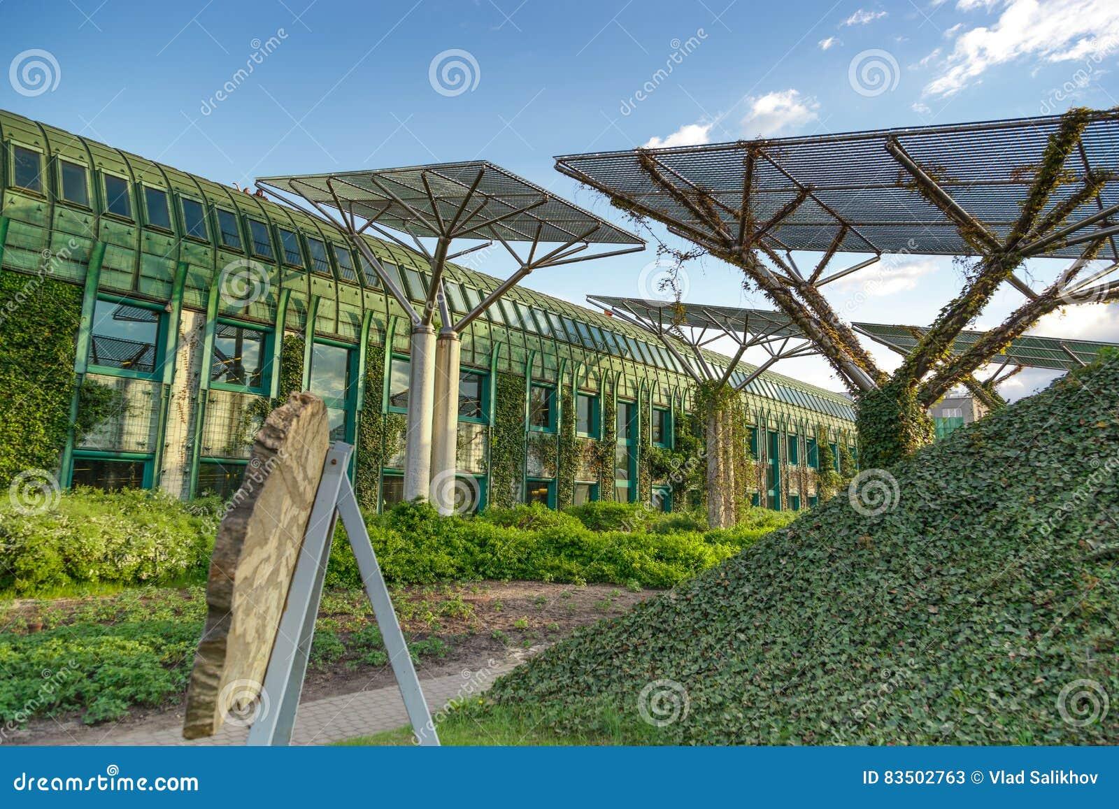 A universidade da biblioteca de Varsóvia com telhado bonito jardina no Polônia