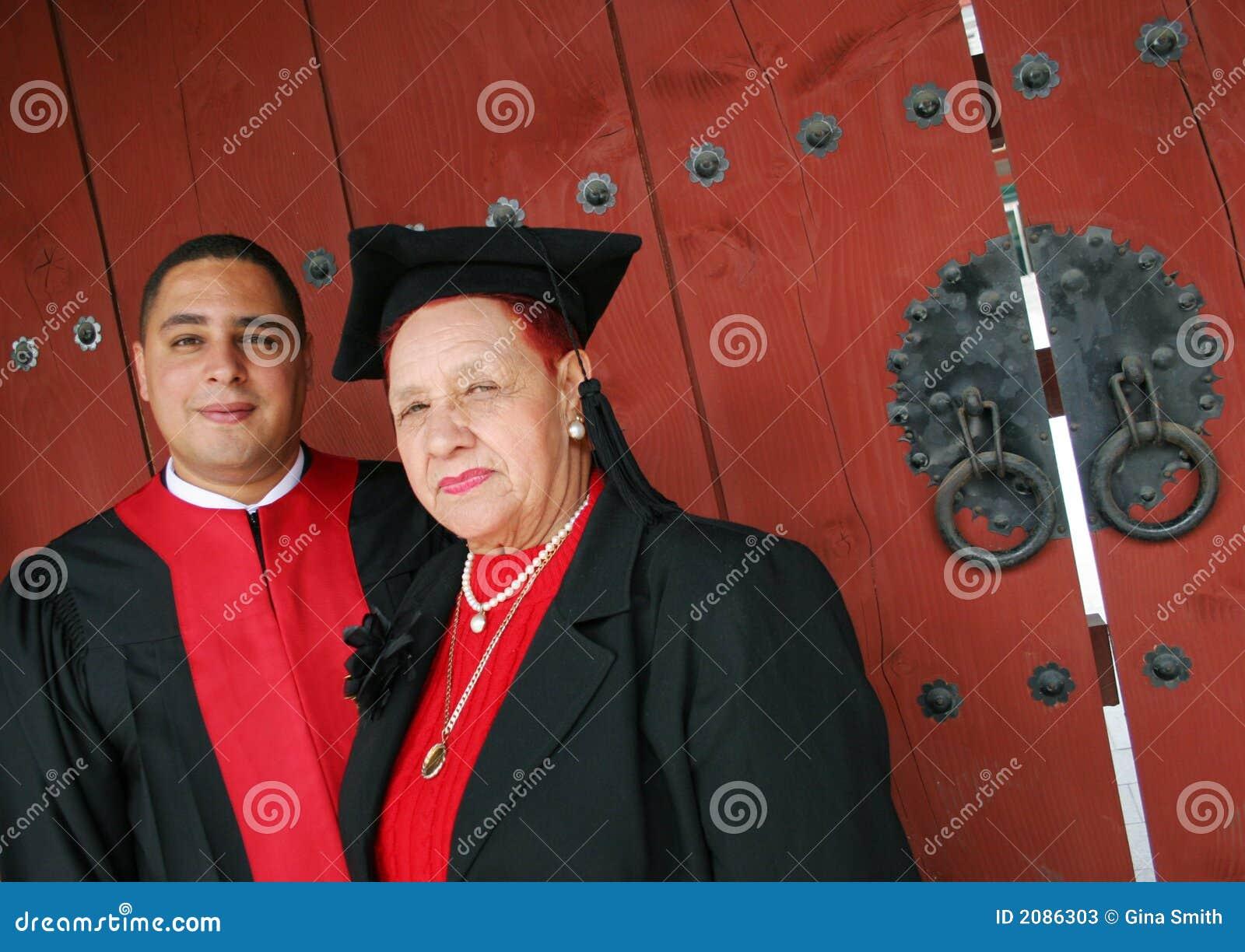 Universitaire gediplomeerde in robes met zijn grootmoeder