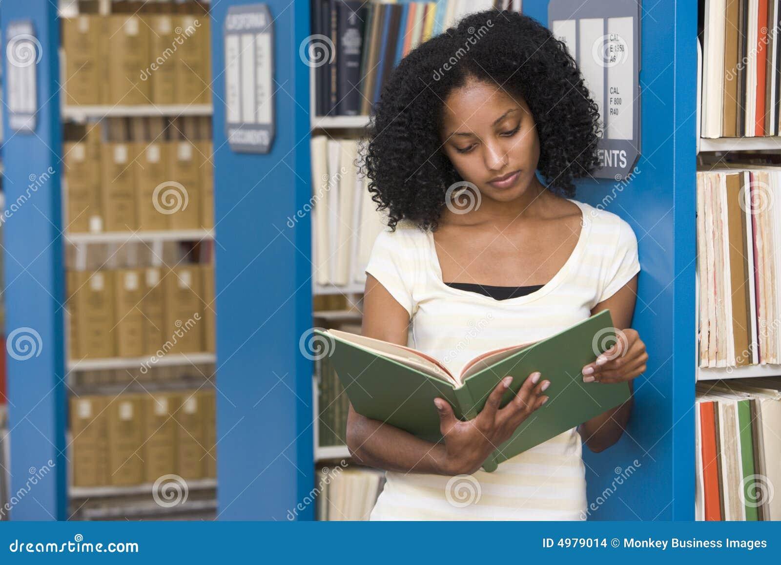 Universitaire student die in bibliotheek werkt