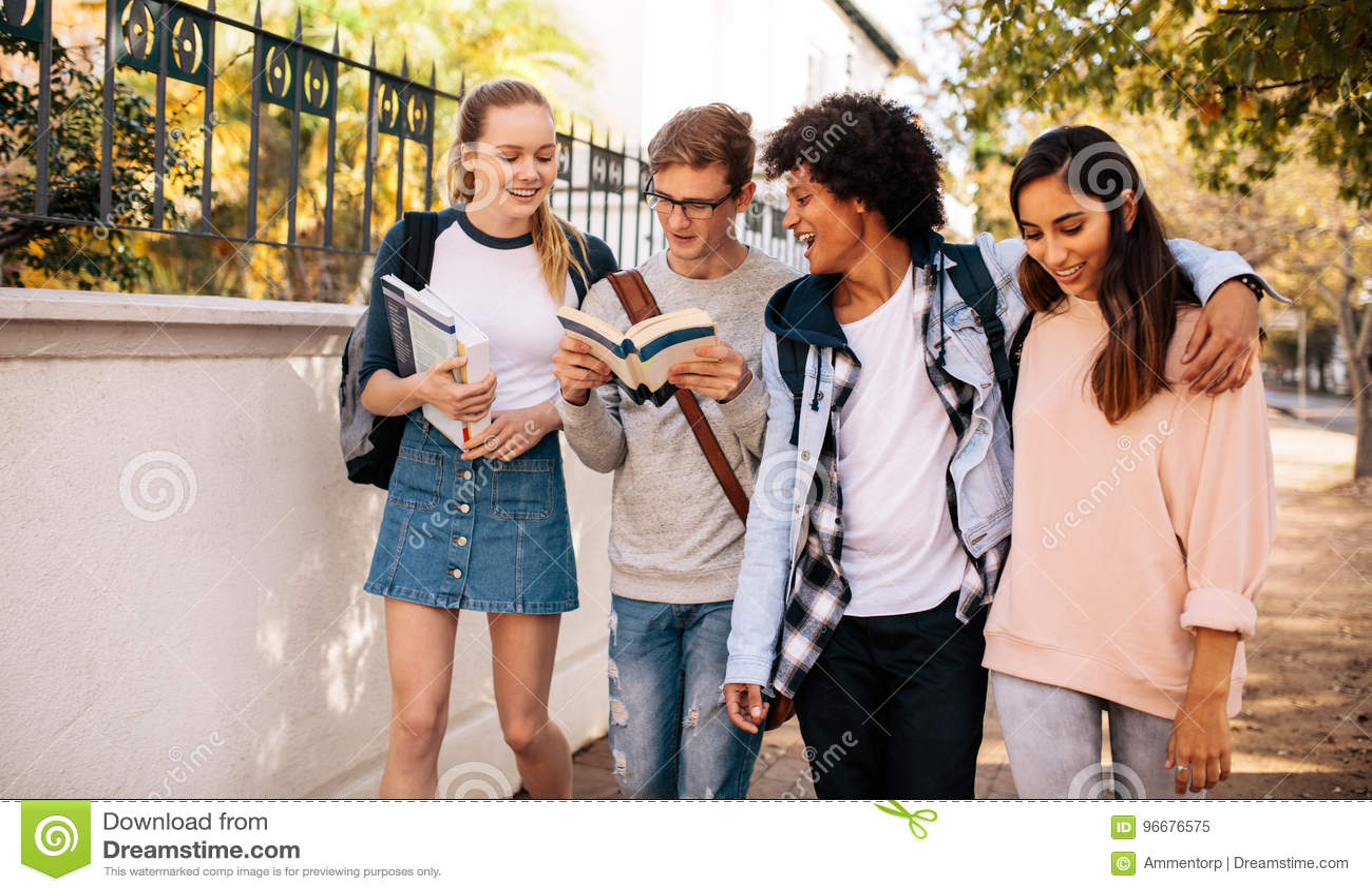 Universitaire studenten met boeken in universiteitscampus