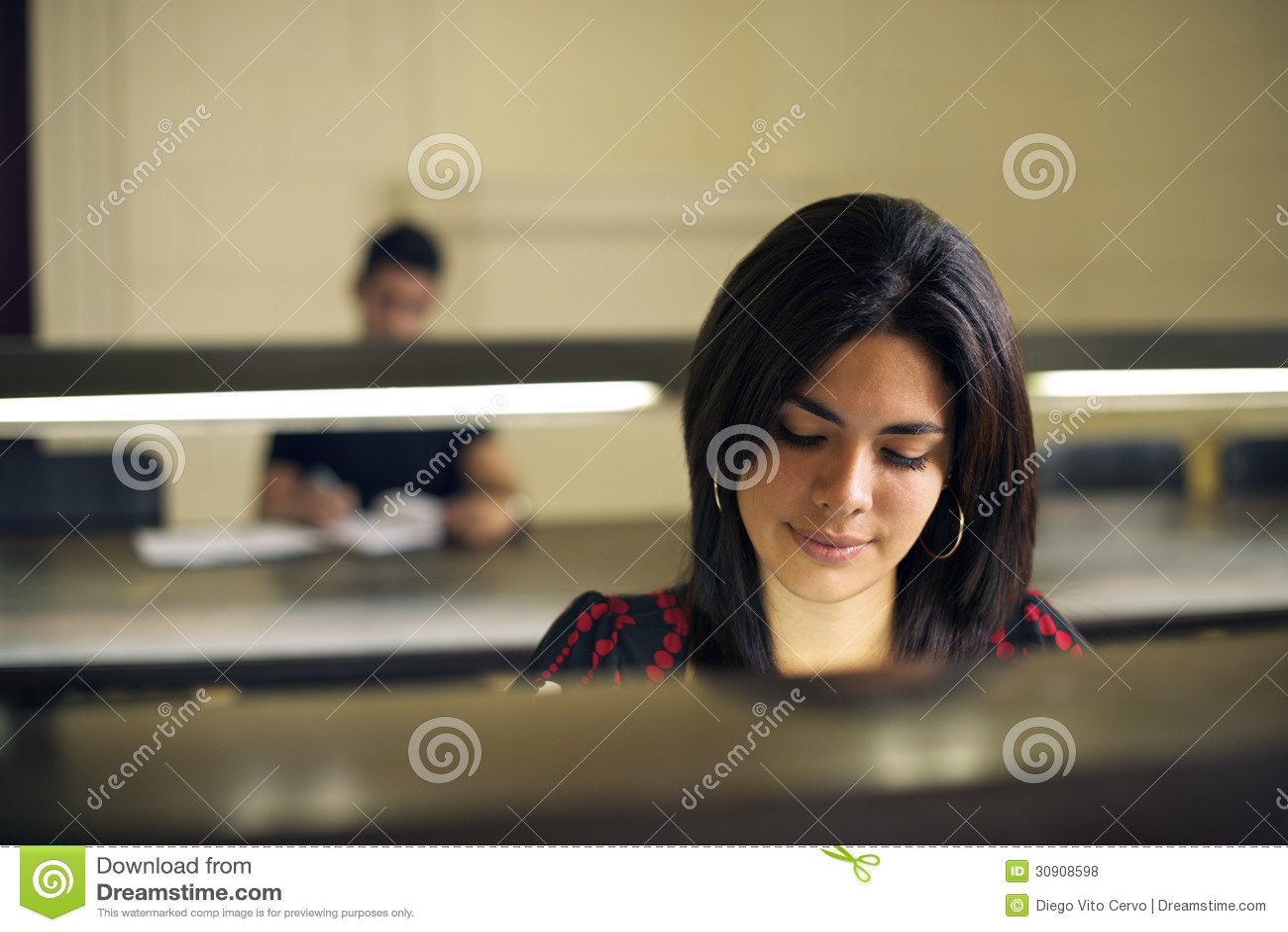 Universitetarkiv och kvinnlig student, härlig stu för ung kvinna