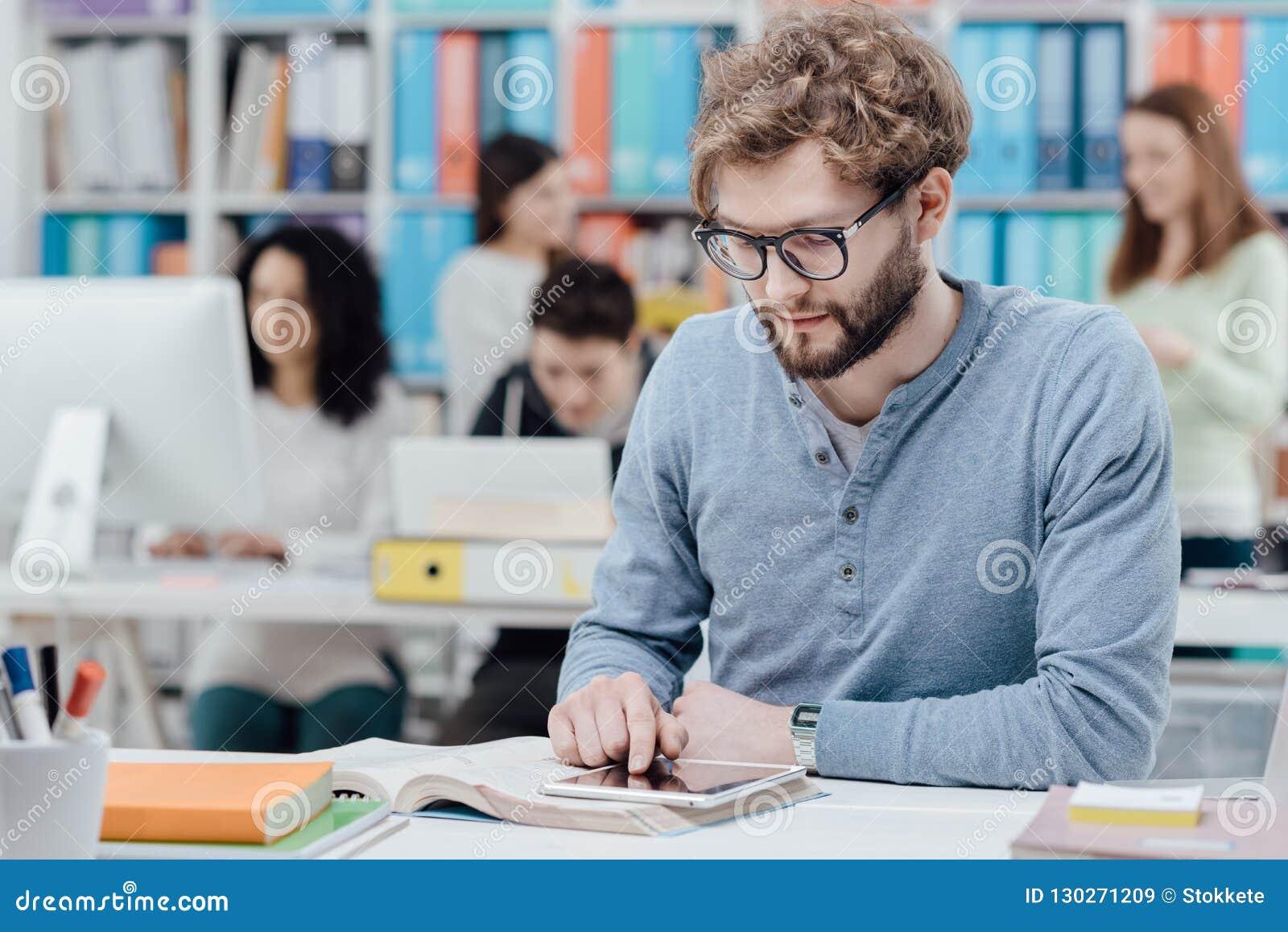 Universitetsstudenter som använder en minnestavla