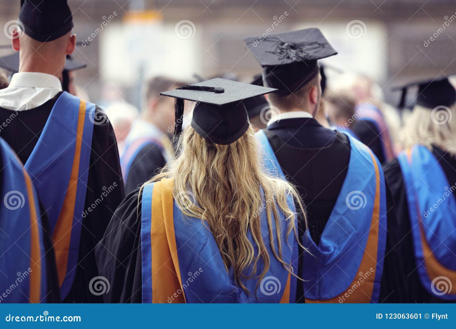 Uniwersytet kończy studia przy skalowanie ceremonią