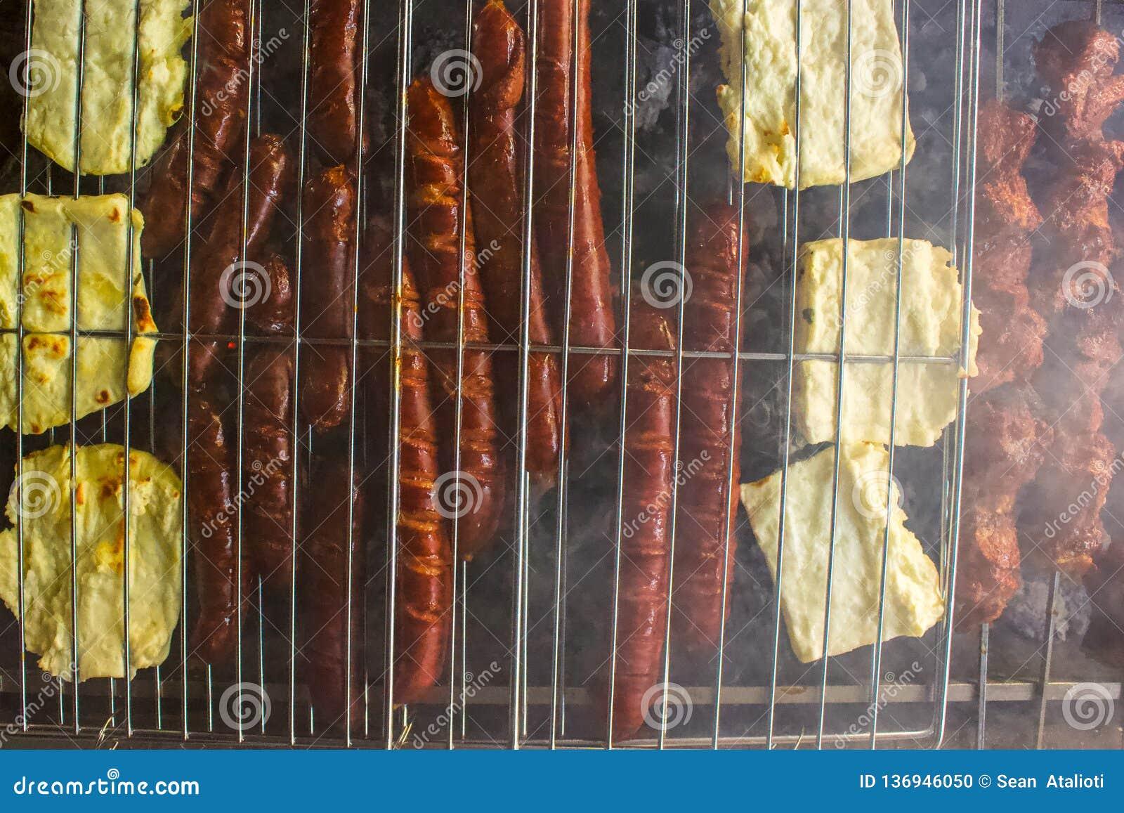 Unkosten von Würsten und von halloumi Käse auf dem ersten BBQ