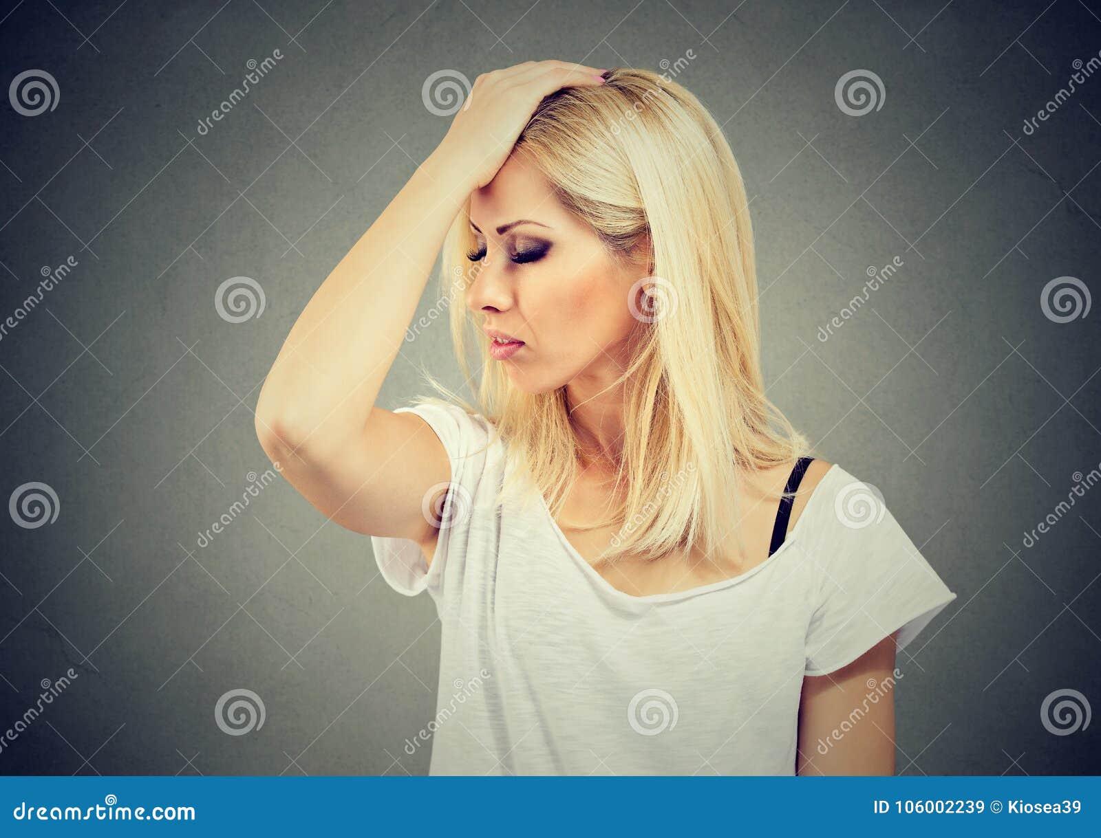 Unmindful smutna kobieta patrzeje desperacki