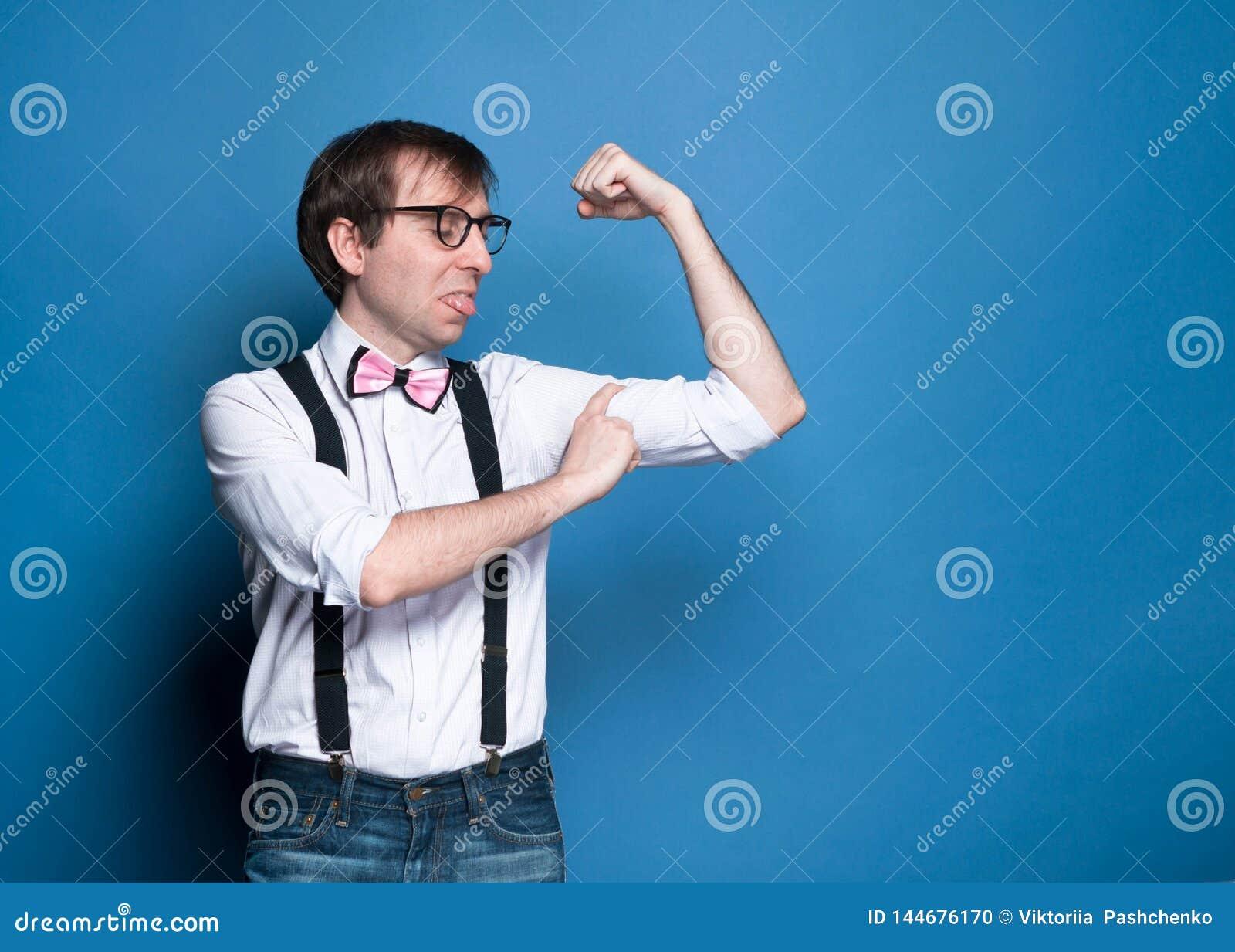 Unny ha deluso il bicipite di misurazione dell uomo sottile con il dito
